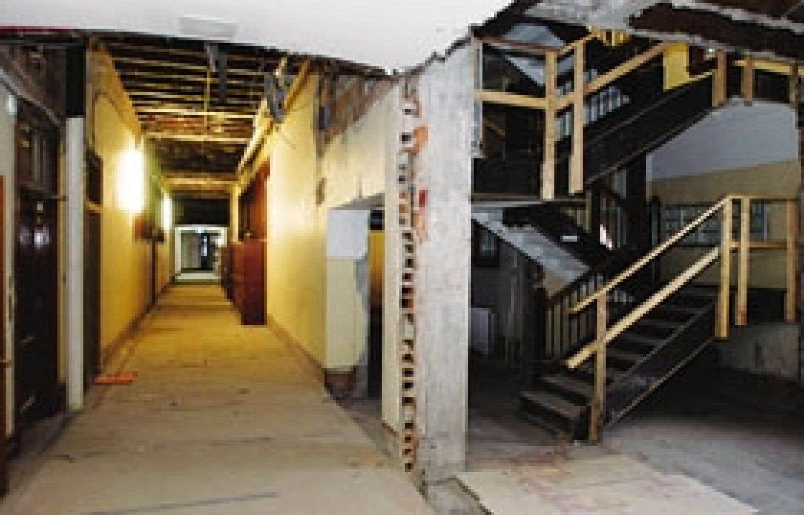 Les travaux de démolition du pavillon Mont-Royal ont été largement avancés, puis entièrement laissée en plan.