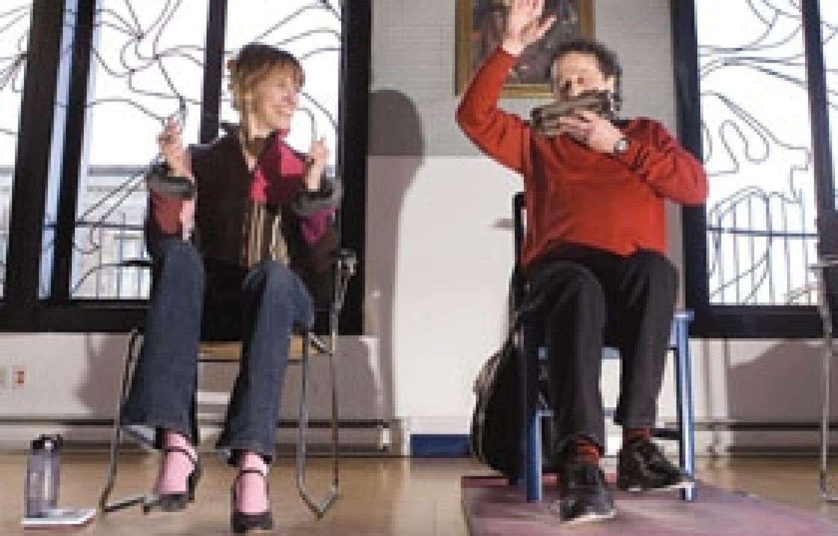 Un plancher, une chaise et deux pieds, de quoi mettre de l'ambiance dans un party. L'harmoniciste Alain Lamontagne m'enseigne les rudiments du tapia en s'accompagnant de son «épi de maïs» à six côtés.