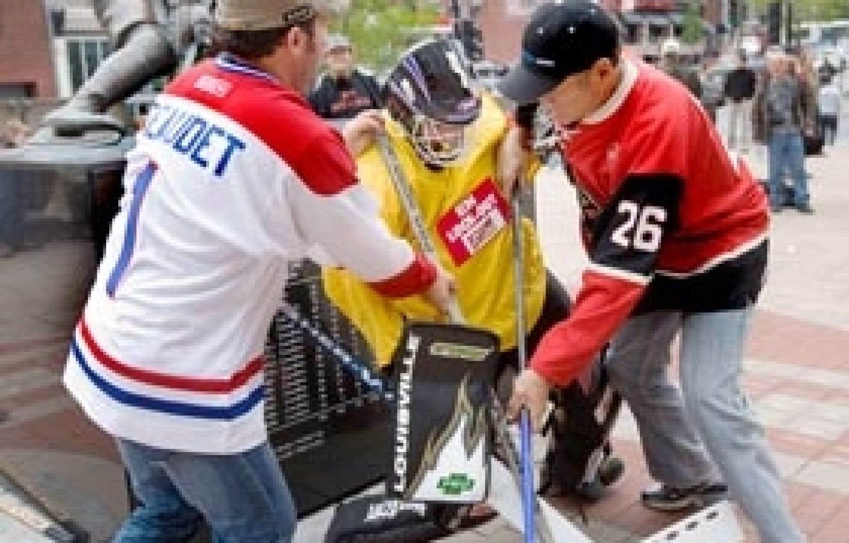 En guise de manifestation, des employés ont décidé de jouer une partie de hockey sur la Place du centenaire.