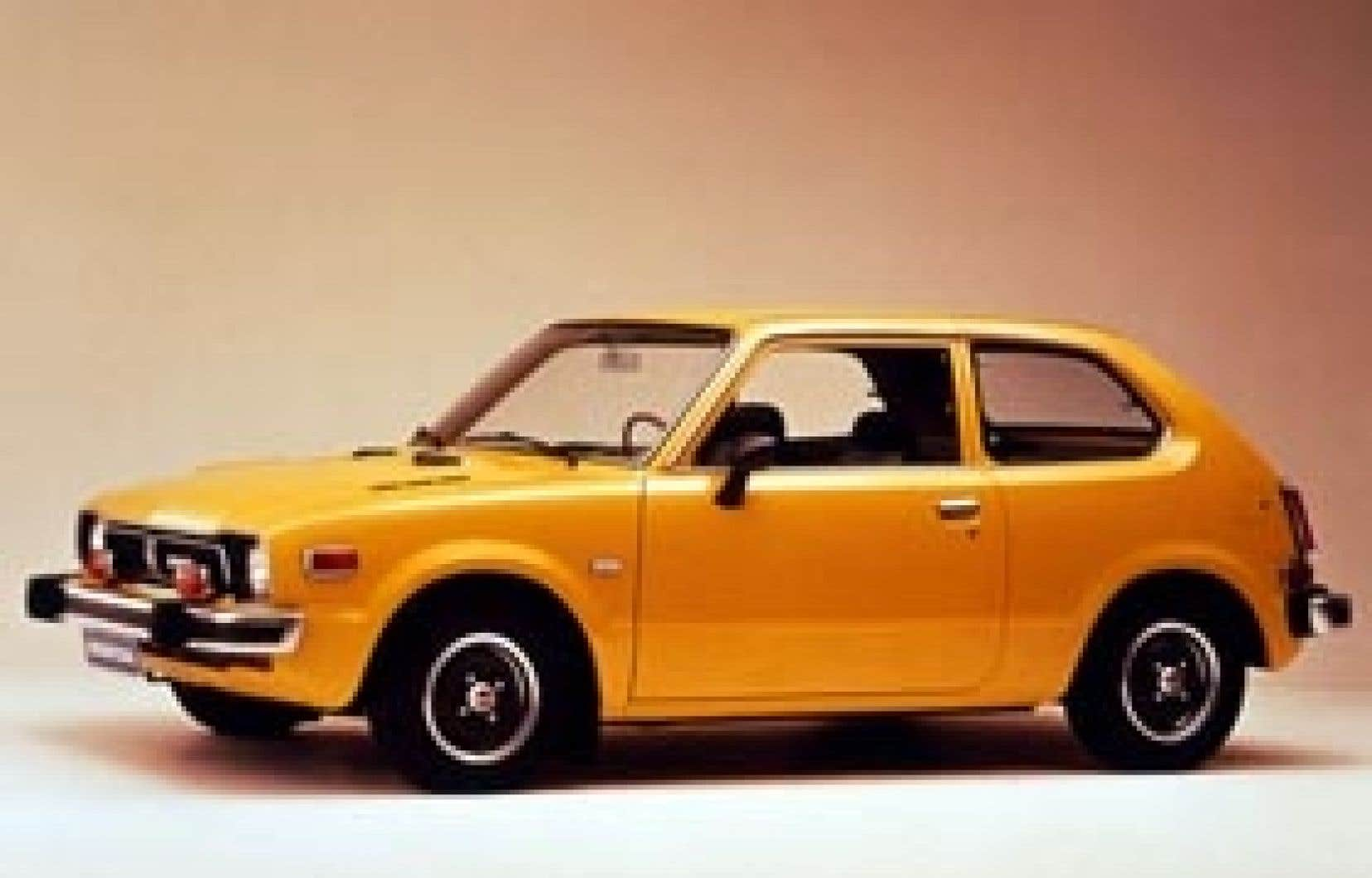 La Honda Civic édition 1975. Le constructeur japonais est désormais en passe de prendre la quatrième place du marché américain à Chrysler, tout comme Toyota a chipé la deuxième place à Ford derrière le géant General Motors.
