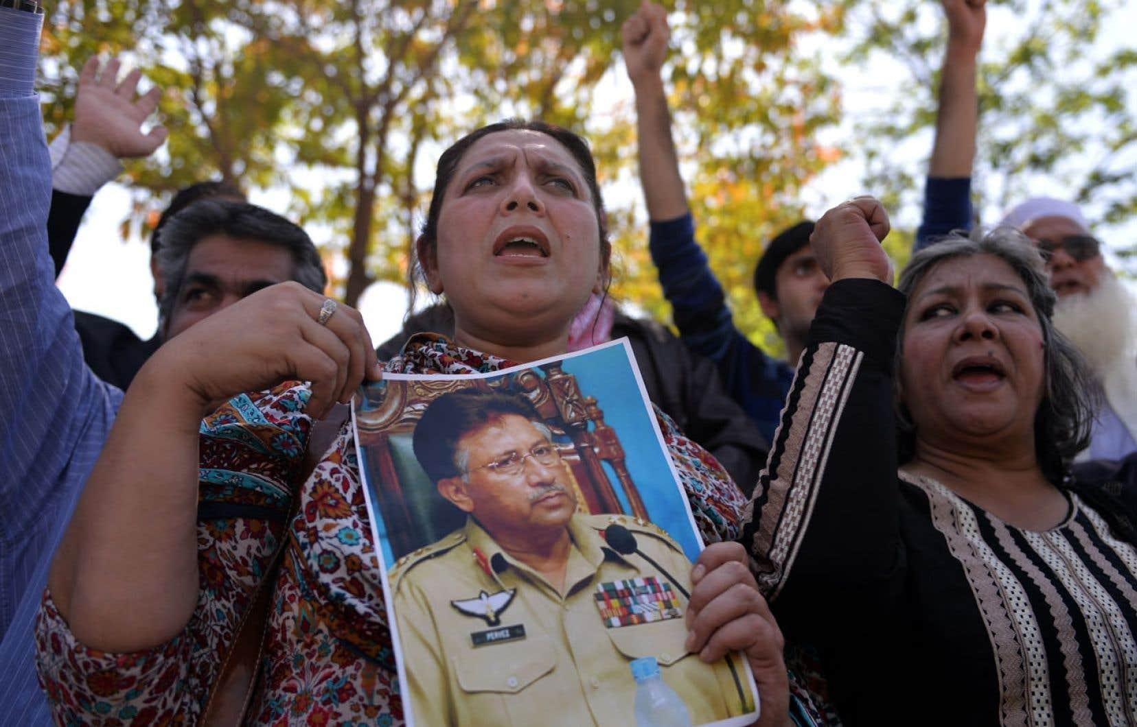 Des partisans de Pervez Moucharraf ont fait part de leur mécontentement lundi à Islamabad.