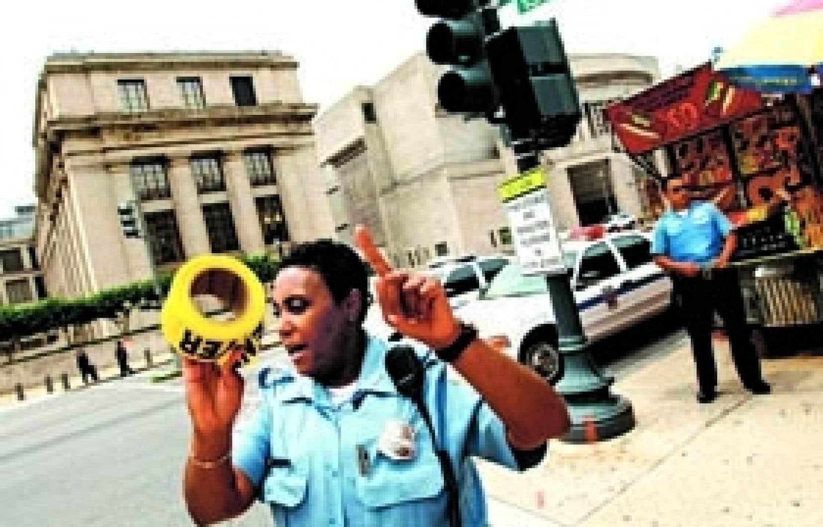Une policière repousse les badauds en dehors du périmètre de sécurité érigé autour du musée de l'Holocauste.