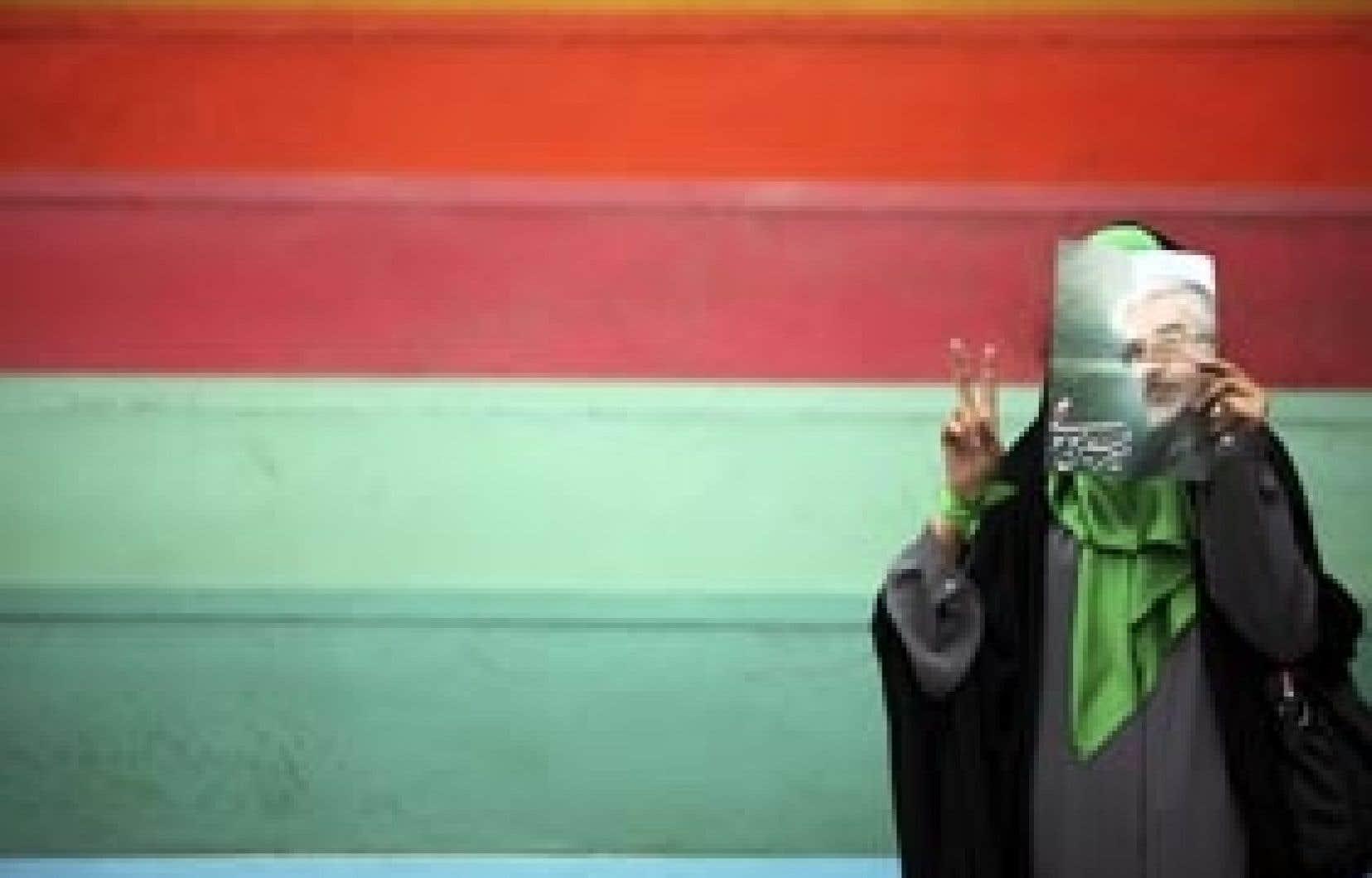 Une partisane de l'ancien premier ministre Mir Hossein Moussavi photographiée hier lors d'un rassemblement pré-électoral au stade de Téhéran.