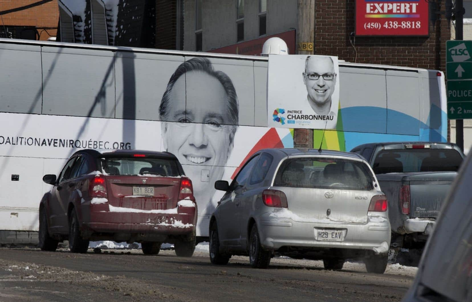 À quatre jours du scrutin, les chefs en campagne bataillent dur. Sur la photo, l'autobus de la CAQ à Saint-Jérôme. Le chef caquiste compte sur sa performance au dernier débat des chefs pour récolter les appuis.