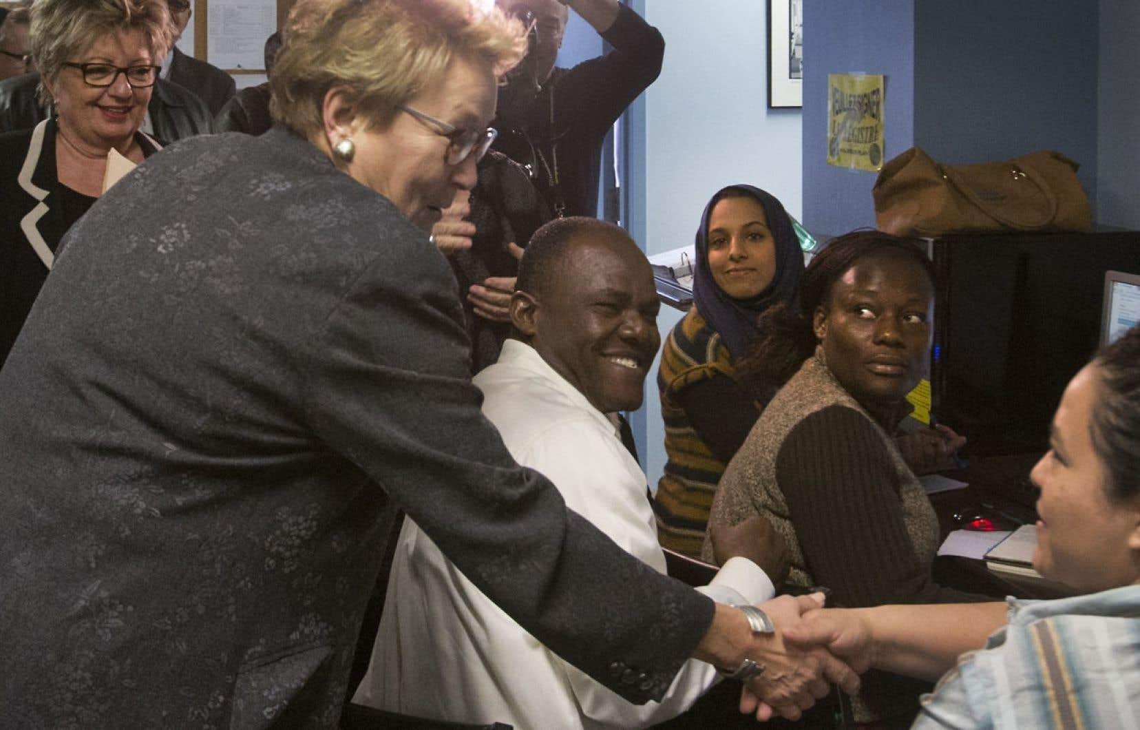Pauline Marois visitait mercredi après-midi un centre d'emploi de Montréal en compagnie de Diane De Courcy, candidate dans Crémazie.