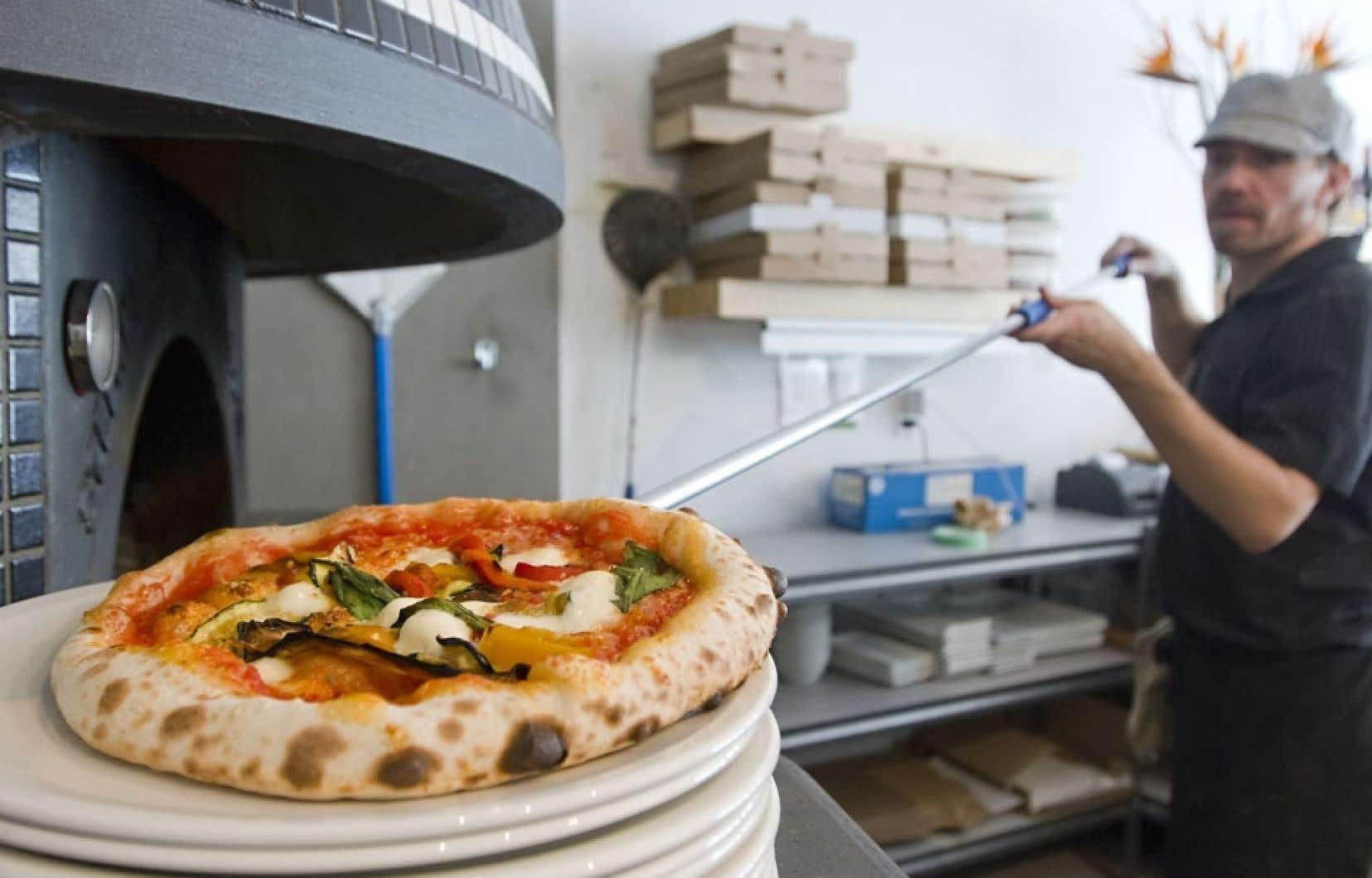 Chez Nina, à Québec, le four alimenté au bois cuit les pizzas en 90 secondes à 900 °F, comme à Naples.