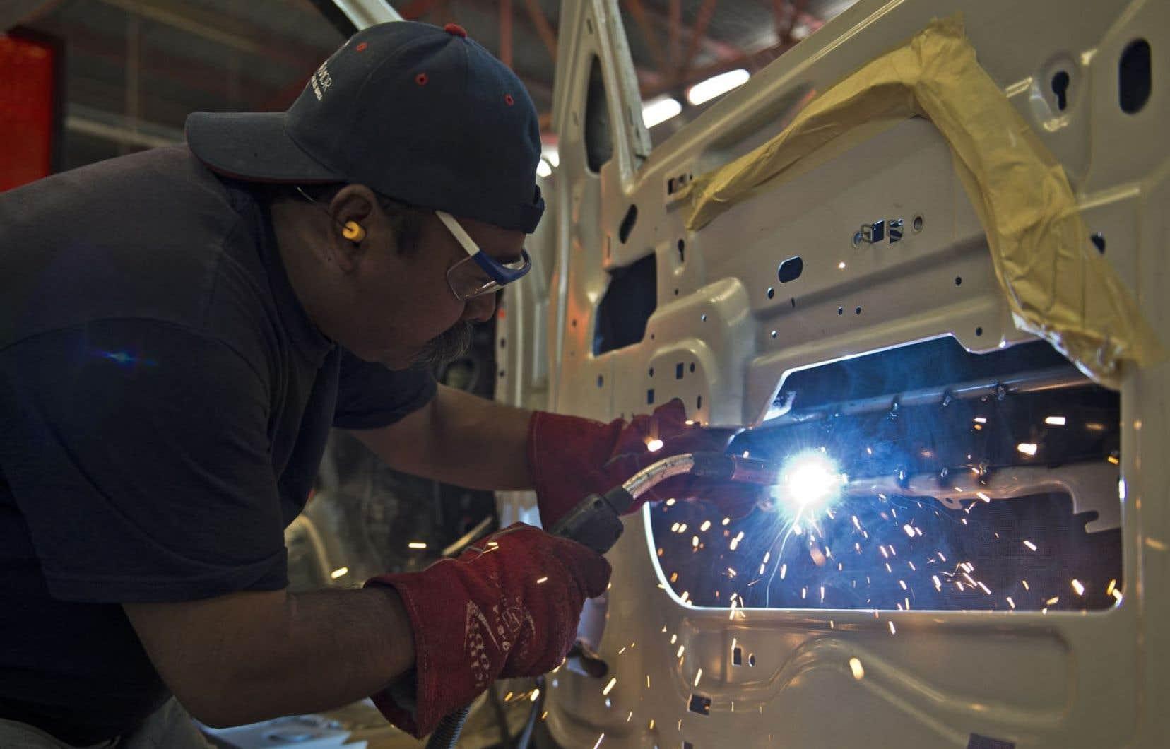 Un travailleur mexicain dans une usine de construction automobile.