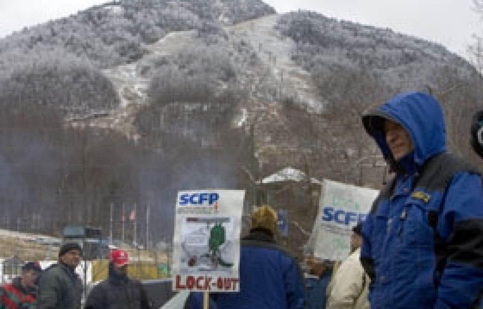 En lock-out, les employés de Mont-Orford affiliés à la FTQ avaient dressé leur ligne de piquetage, hier après-midi, peu avant l'annonce de la fermeture de la station de ski. Derrière eux, la montagne et ses pistes commençaient à blanchir sous l