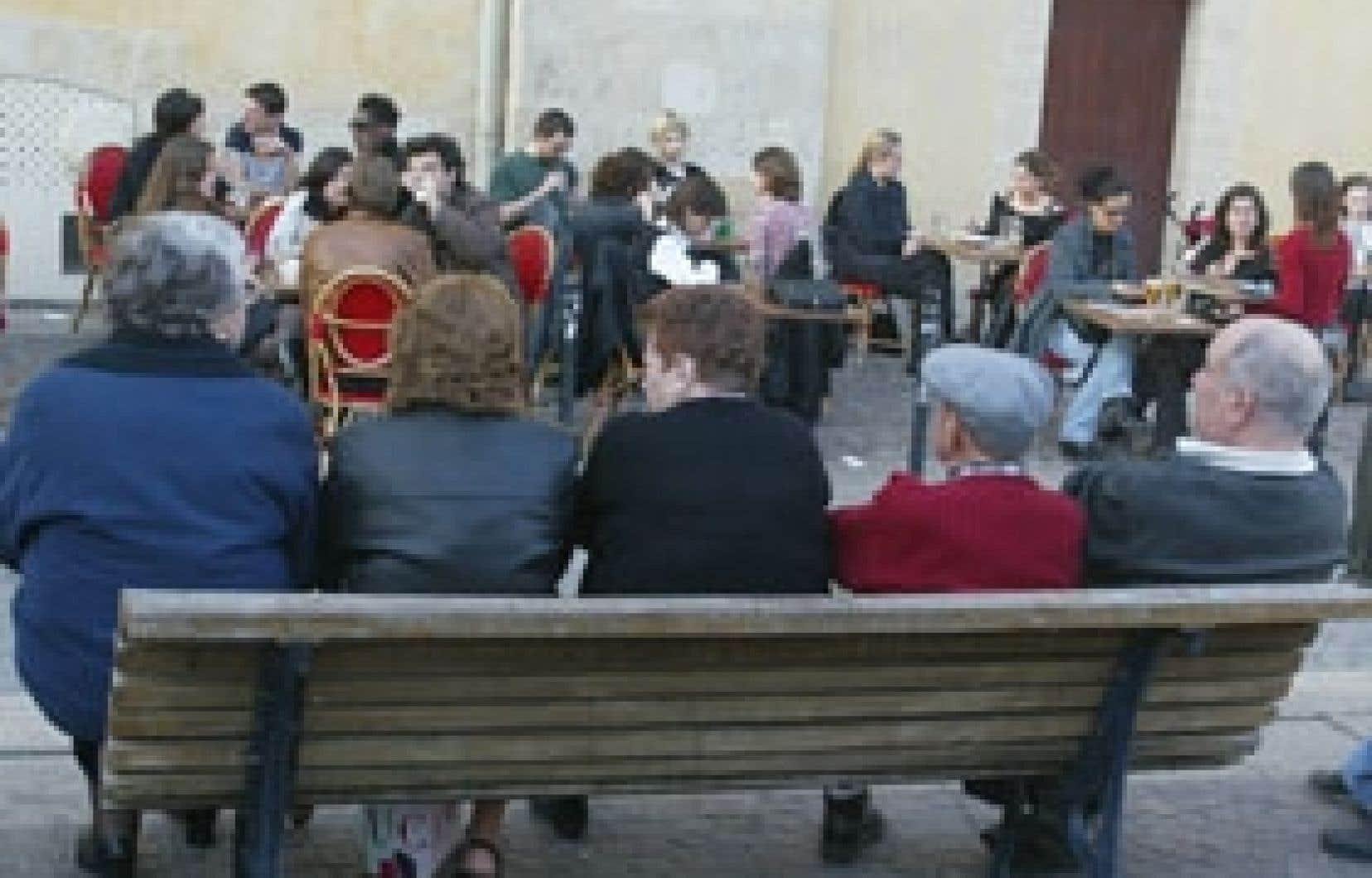 Jeunes et vieux rassemblés sur une place de Bordeaux. La socialisation est un rempart contre le stress.
