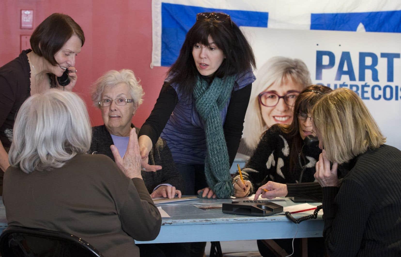 Des bénévoles s'affairent dans le local d'élection de Sylvie Legault dans Mercier.