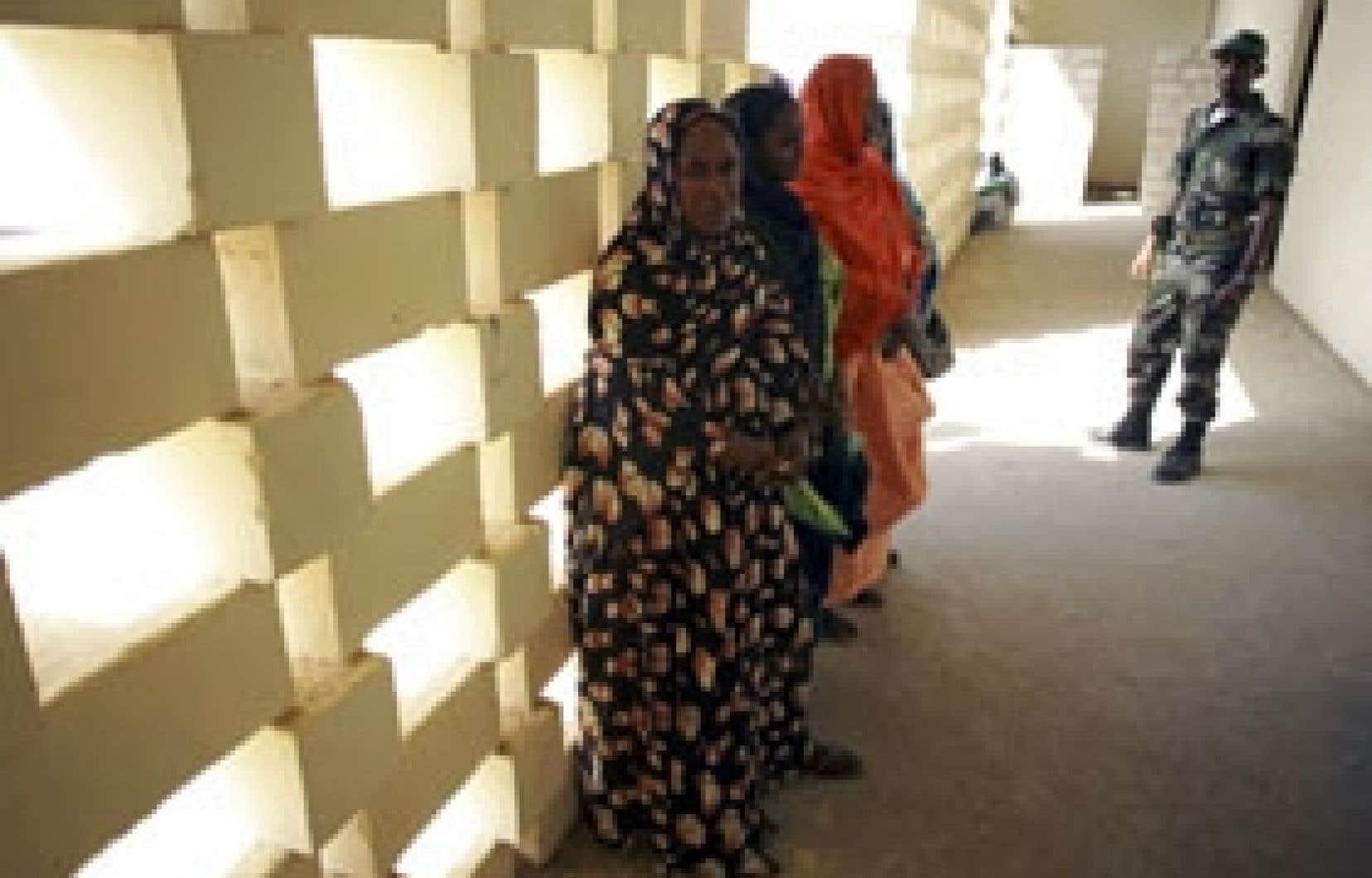 Des femmes font la queue au bureau de vote de Nouakchott.