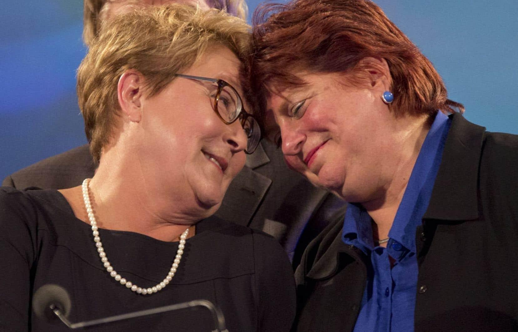 Pauline Marois, en compagnie de sa collègue et amie Nicole Léger, lors de l'annonce de sa démission comme chef du Parti québécois lundi soir.