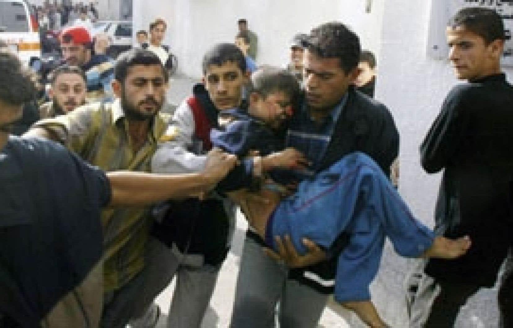 Des Palestiniens ont transporté hier un jeune garçon blessé par des tirs israéliens à Beït Hanoun.