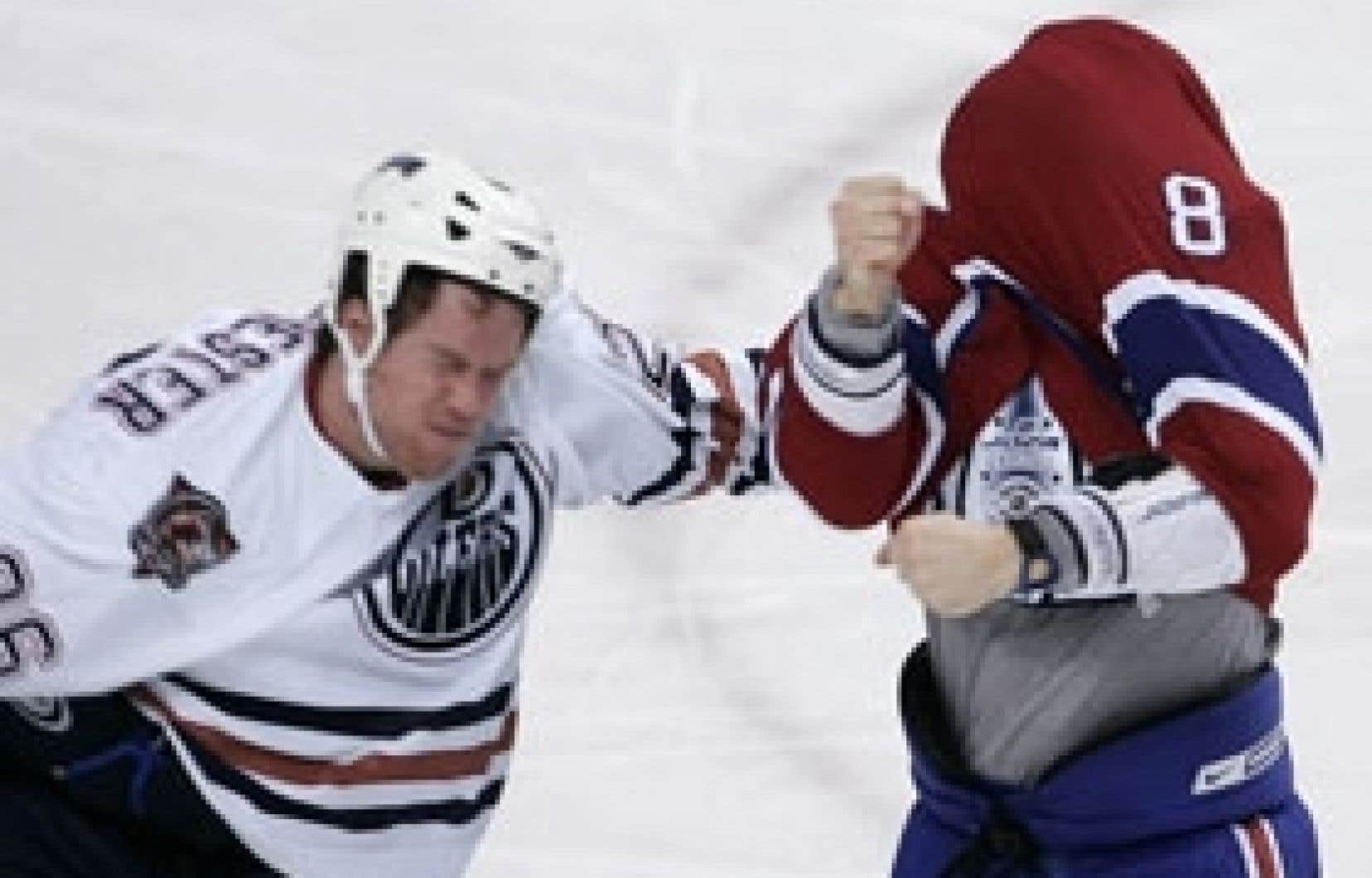 Mike Komisarek (à droite) s'en est pris à Brad Winchester qui venait de bousculer le gardien David Aebischer, lors du match du Canadien contre les Oilers d'Edmonton, mardi à Montréal.