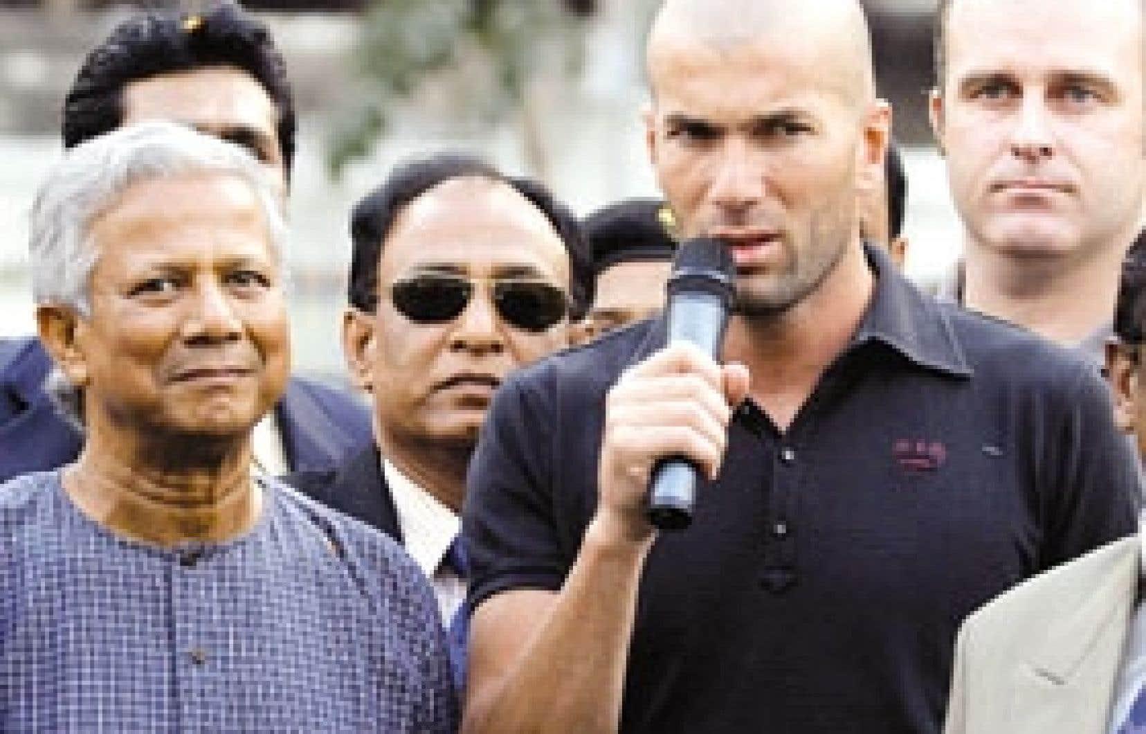 Le micro-crédit a été projeté au premier rang de l'actualité avec l'attribution en octobre du prix Nobel de la paix au Bangladais Muhammad Yunus (à gauche), considéré comme le père de cette méthode de développement. L'idée séduit de no