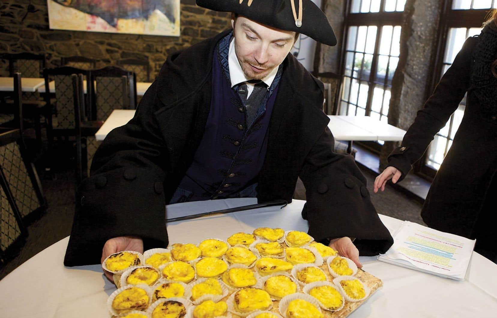 Le chef, Claude Maupoint, s'apprête à servir les omelettes offertes par le restaurant Vieux-Port Steakhouse.