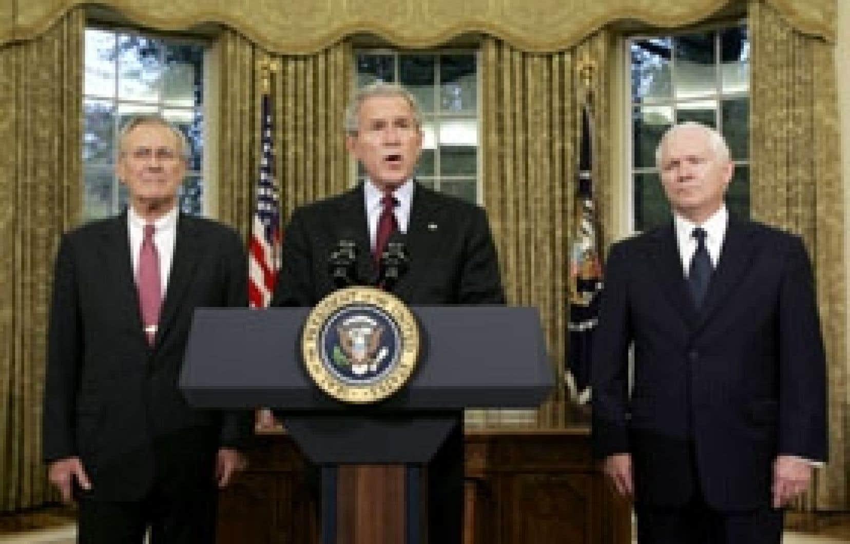 Donald Rumsfeld (à gauche) en compagnie du président américain George W. Bush (au centre) et du nouveau venu Robert Gates.