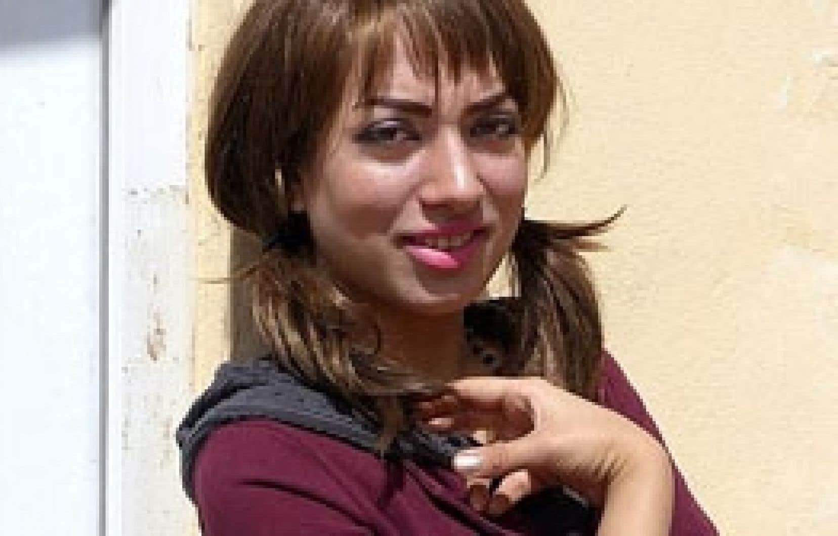 Paradise Sorouri est née en exil à Ispahan, au centre de l'Iran. Elle vivra ensuite à Herat, en Afghanistan, puis au Tadjikistan, avant de rentrer au pays, à Kaboul.