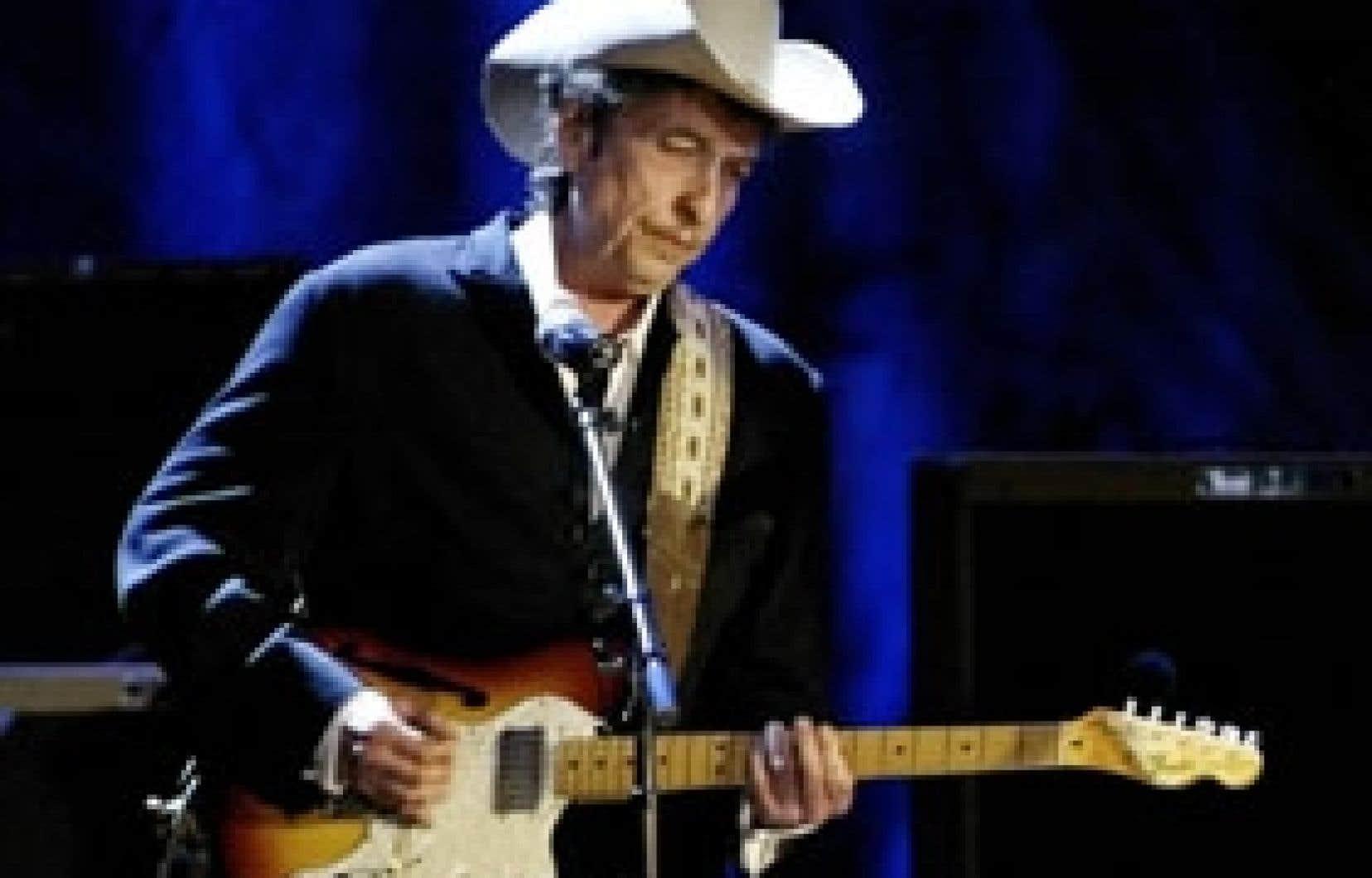 Bob Dylan avait troqué le déguisement de Zorro, qu'il portait lors de sa dernière visite, pour un costume western plus sobre.