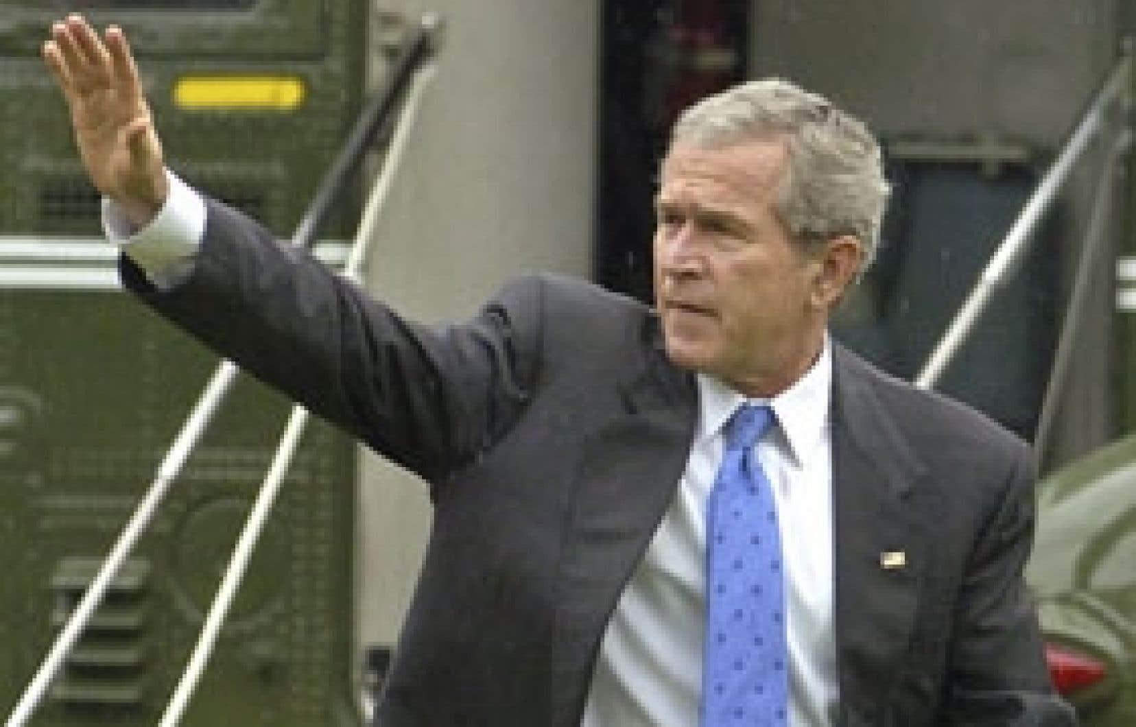 Le président américain George W. Bush débarque sur le parterre de la Maison-Blanche après avoir voté au Texas, hier, jour d'élections législatives aux États-Unis. Les démocrates espéraient prendre le contrôle de la Chambre des représentants