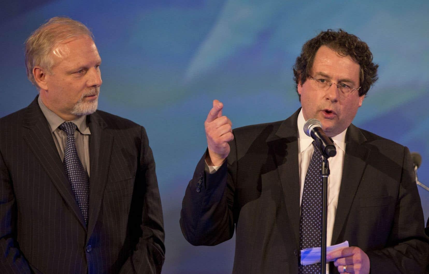 Le député de Rosemont, Jean-François Lisée, et son collègue de Marie-Victorin, Bernard Drainville, côte à côte le soir des élections du 7 avril. Les deux hommes étaient en désaccord sur certains aspects de la charte des valeurs.