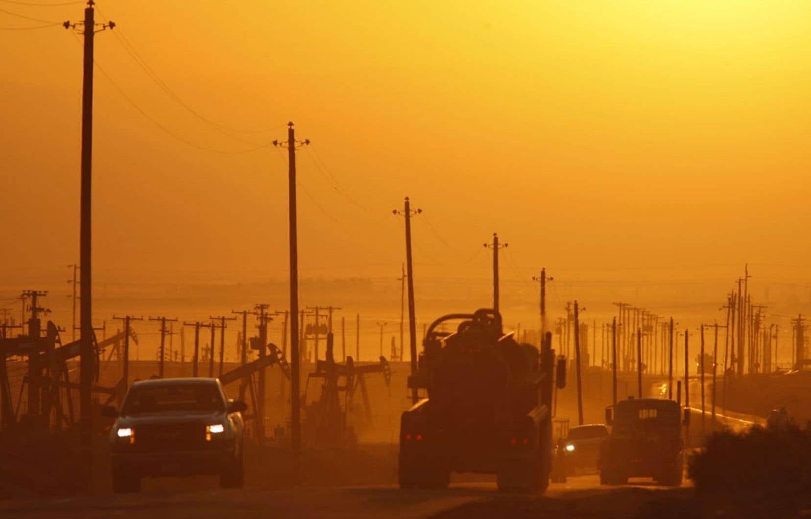 Une route longeant un champ pétrolifère près de Lost Hills, en Californie. Les États-Unis, qui connaissent un boom d'exploitation de pétrole et de gaz de schiste, refusent catégoriquement de se faire imposer une cible de réduction des émissions de gaz à effet de serre.