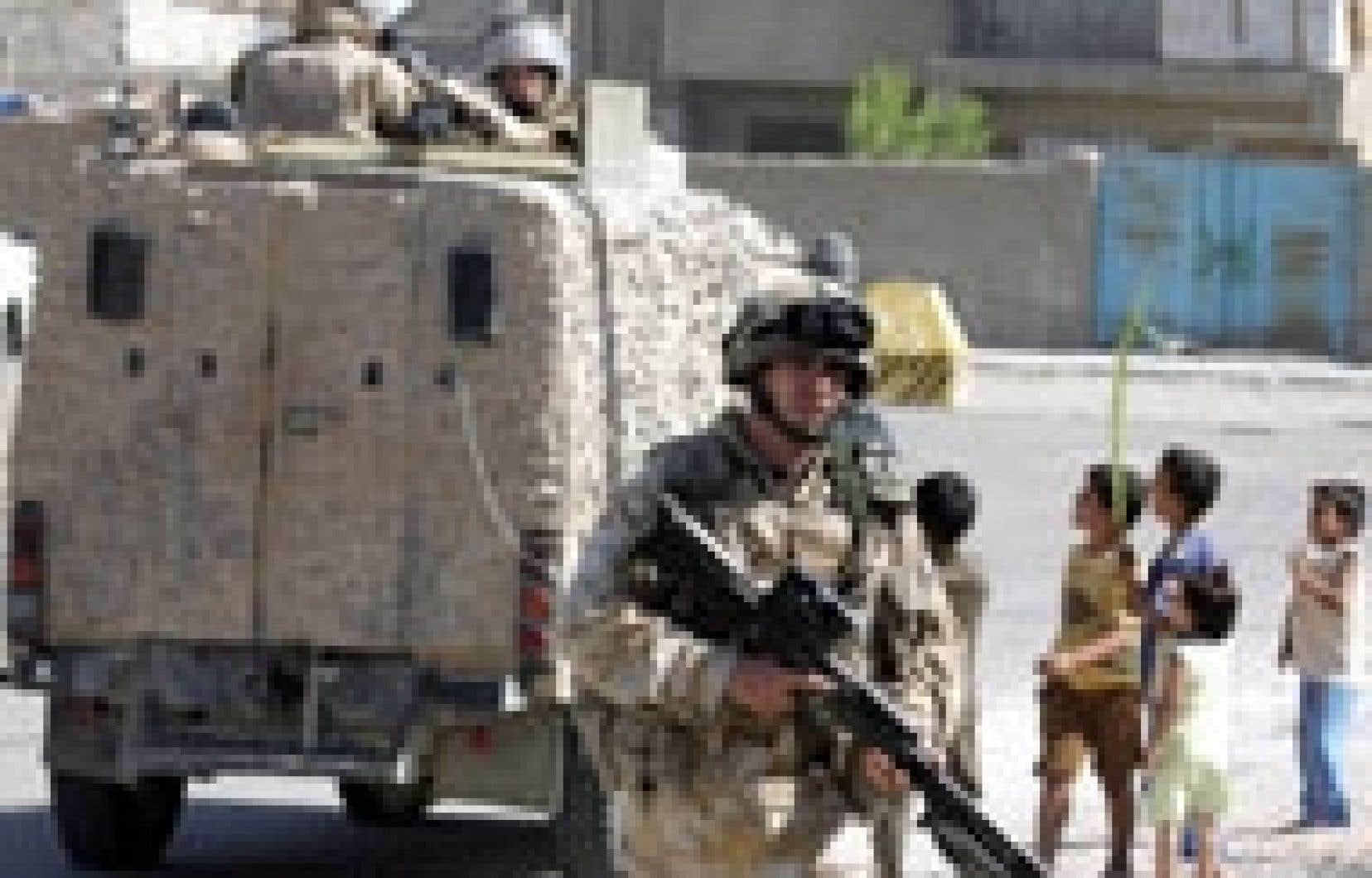 Soldats britanniques en patrouille à Bassora.