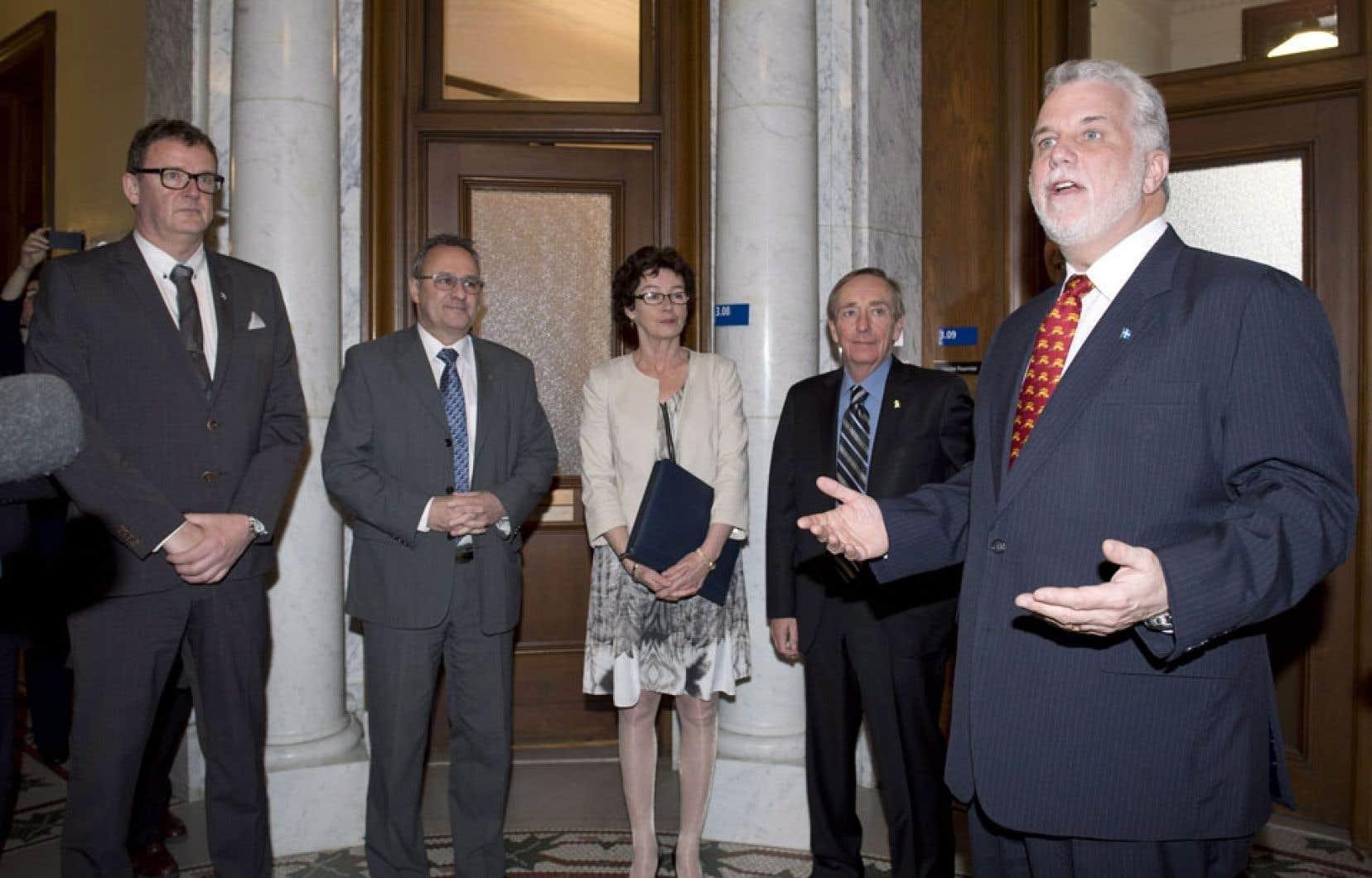 Le premier ministre Philippe Couillard a rencontré les dirigeants des quatre grandes centrales syndicales, soit Jacques Létourneau de la CSN, Daniel Boyer de la FTQ, Louise Chabot de la CSQ et François Vaudreuil de la CSD, jeudi à Québec.