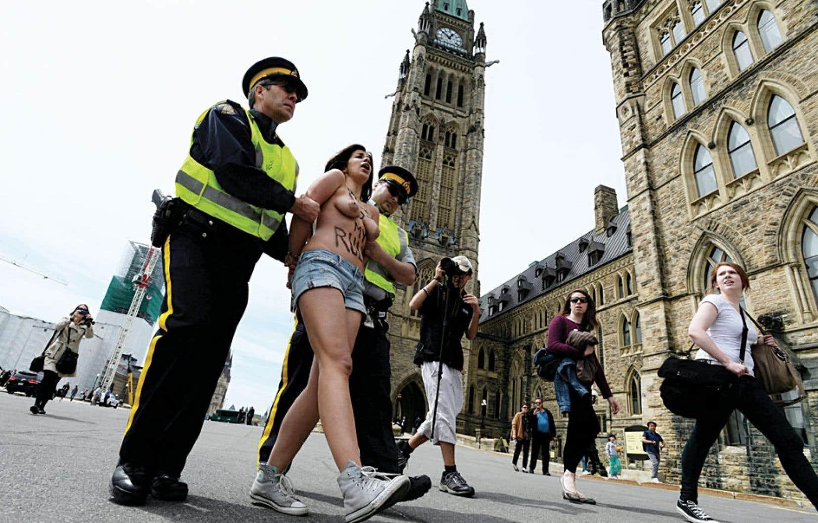Deux militantes du groupe Femen, seins nus et scandant des slogans, se sont invitées pendant le discours du cardinal et archevêque de Québec, Gérald Cyprien Lacroix.