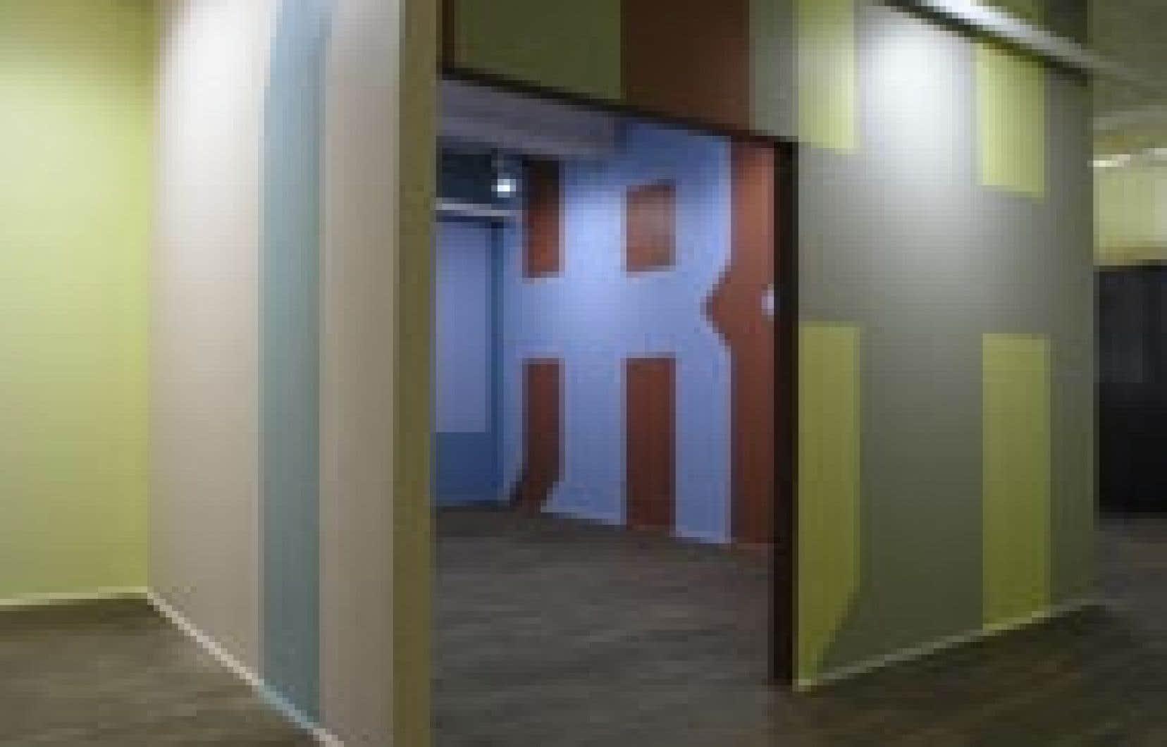 Exposition You scratch my back and I'll scratch your's in the colonial room, de Garry Neill Kennedy, présentée à la galerie Articule en 2004.