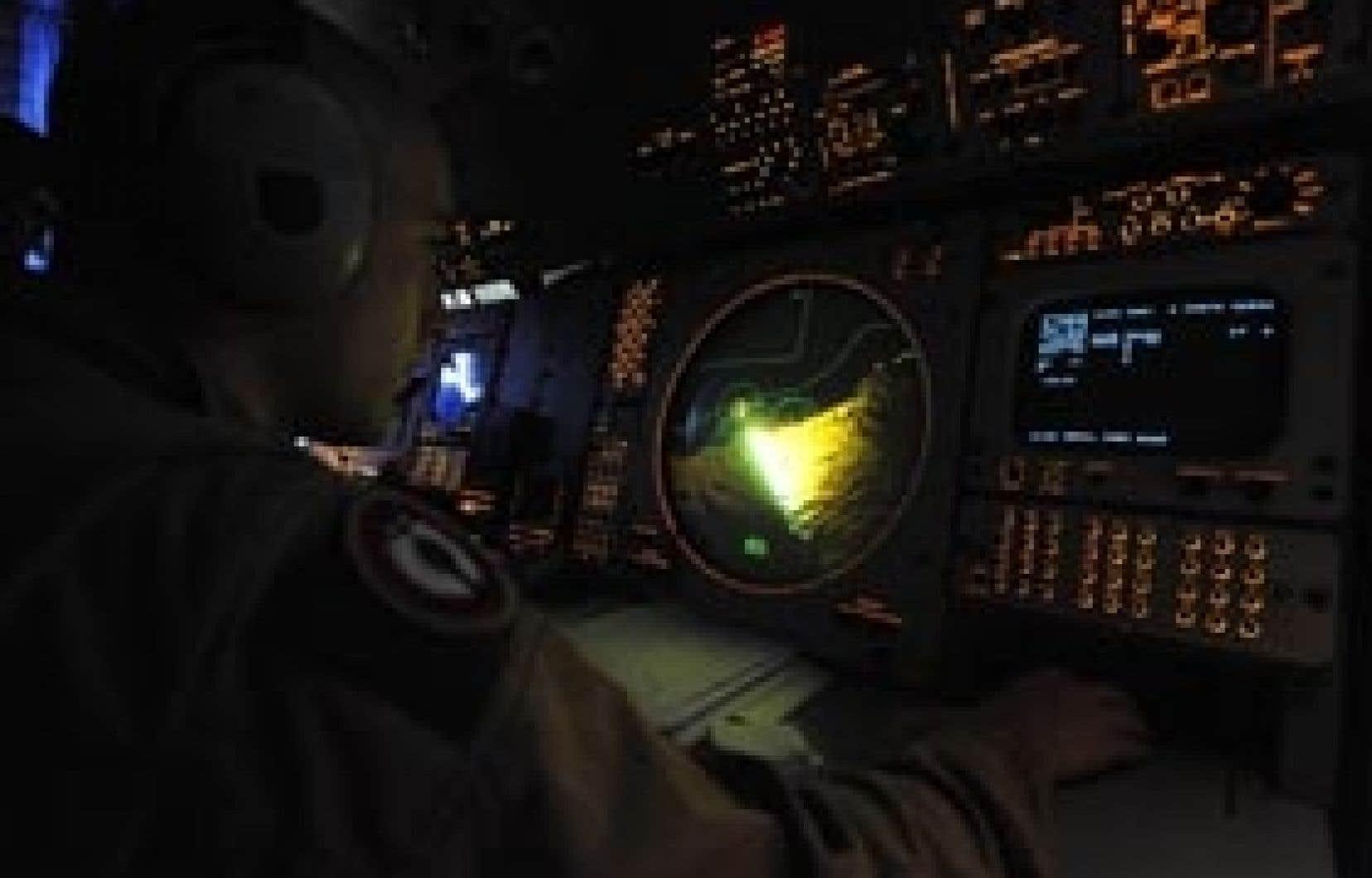 Un membre de l'armée de l'air française observe un écran radar, à la recherche de débris de l'Airbus A330 qui s'est abimé en mer. Des navires, des hélicoptères et des avions de recherche de plusieurs pays se sont lancés dans une course c