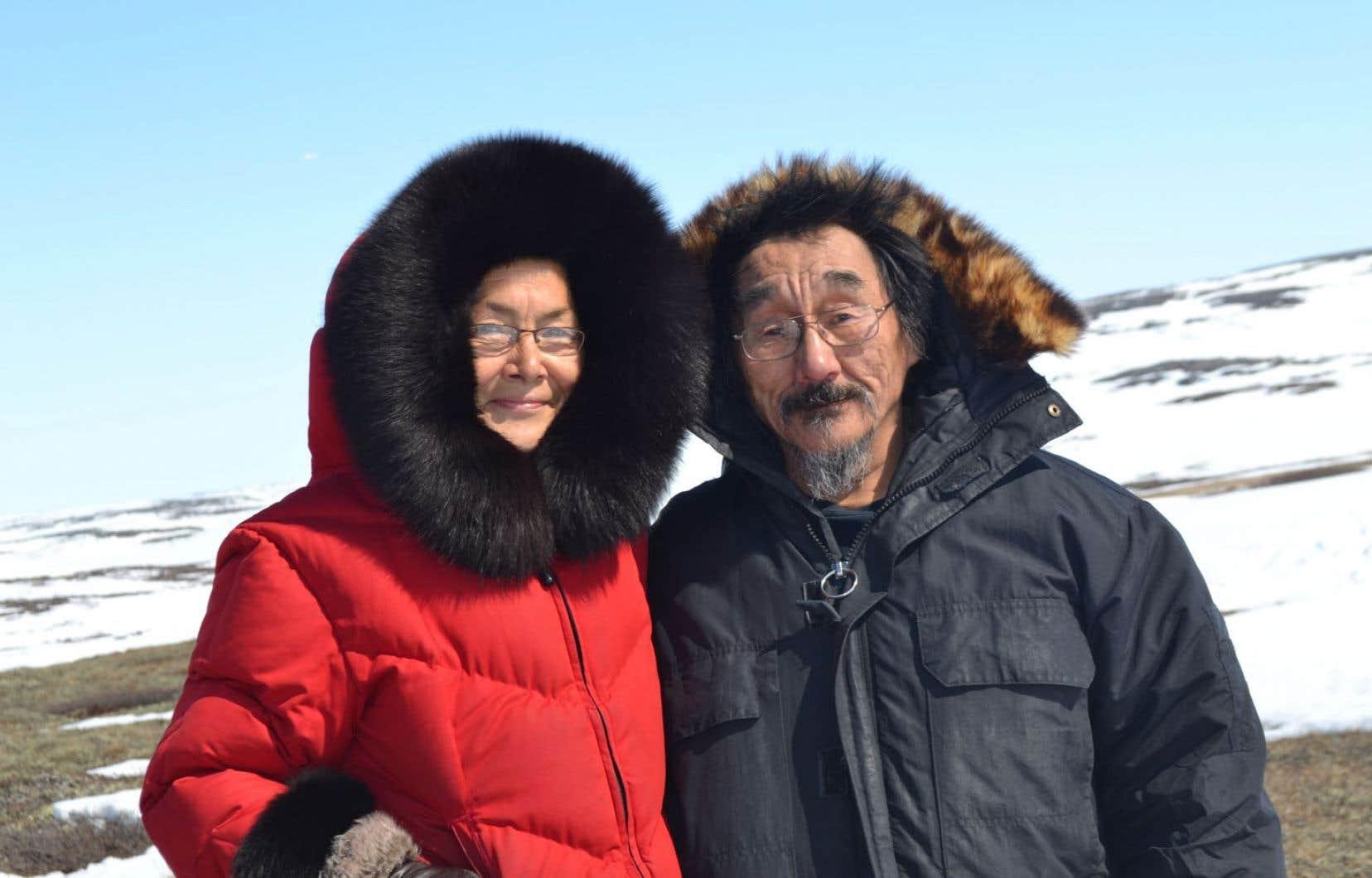 Moses Nowkawalk et Martha Flaherty, déportée à Grise Fjord à l'âge de cinq ans, se sont retrouvés au pensionnat de Churchill, où ils ont été envoyés, sans savoir qu'ils étaient cousins.