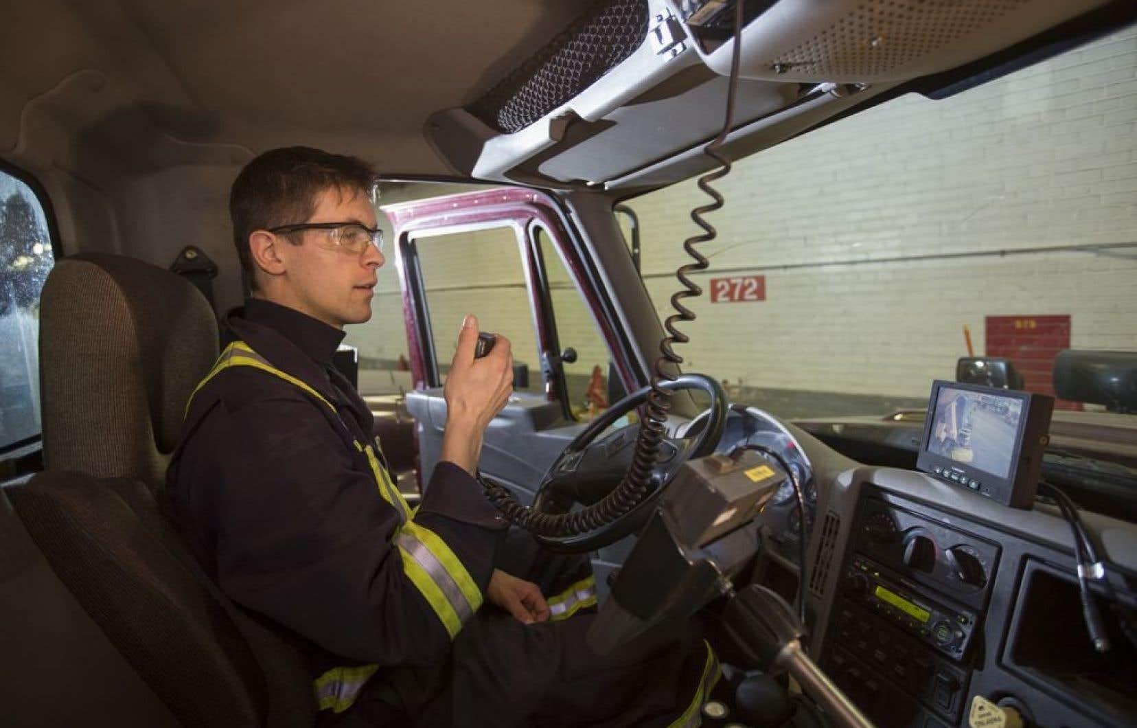 Le mécanicien Steve Guilbeault dans la cabine de son véhicule démontre comment la présence des caméras change la visibilité des camionneurs de façon spectaculaire.