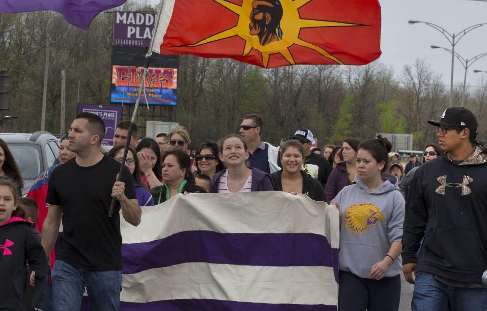 Des membres de la communauté mohawk de Kahnawake ont pris la rue mercredi pour dénoncer le projet de réforme du système d'éducation autochtone.