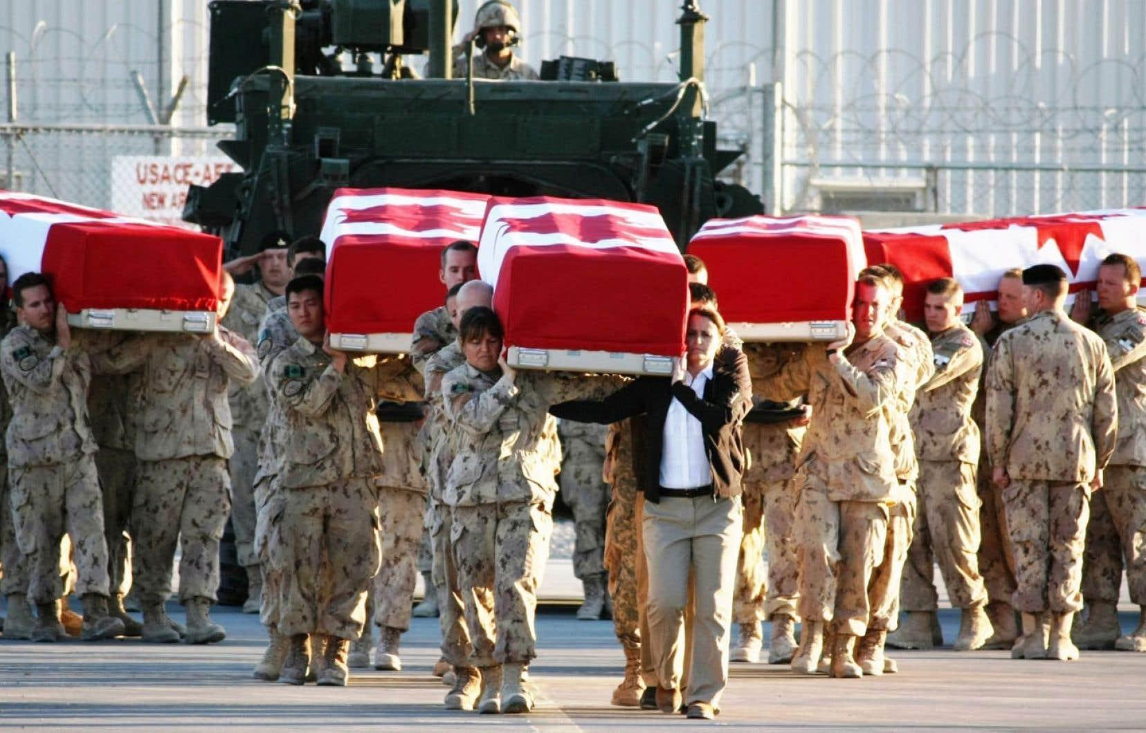 En décembre2009, la journaliste Michelle Lang et quatre soldats canadiens étaient tués dans un attentat en Afghanistan. MmeLang travaillait pour le Calgary Herald à titre de journaliste embarquée.