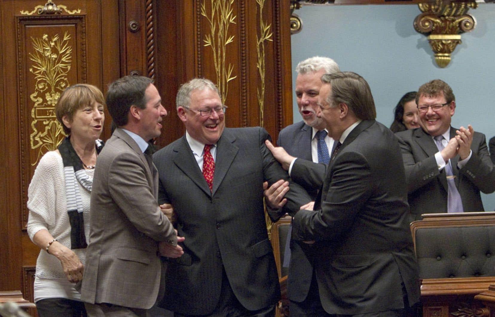 Jacques Chagnon (au centre) a été élu président de l'Assemblée nationale pour un troisième mandat lors de la rentrée parlementaire, mardi. Il est félicité par Françoise David (QS), Stéphane Bédard (PQ), Philippe Couillard (PLQ) et François Legault (CAQ).