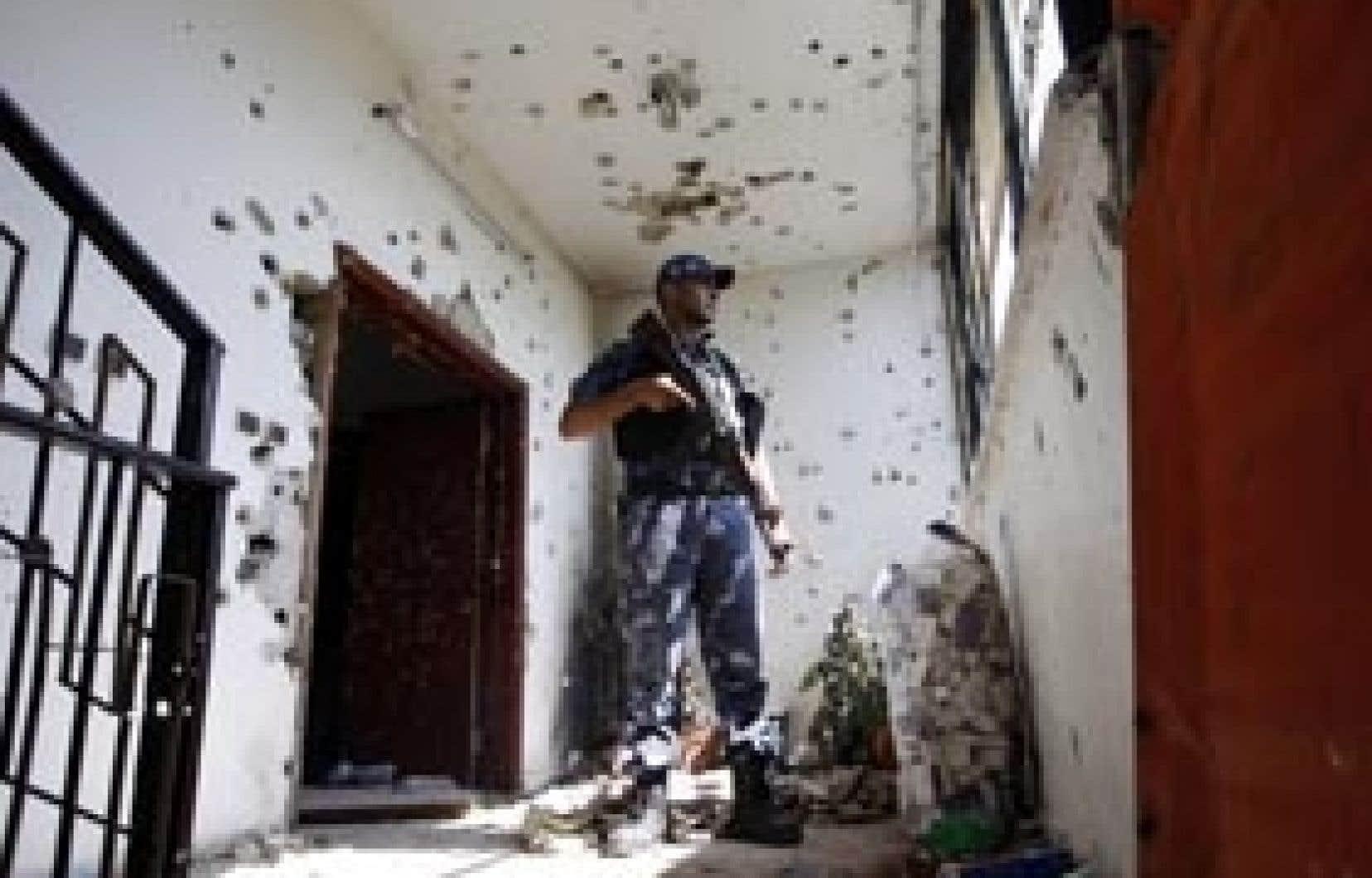 Les dizaines d'impacts de balles visibles sur les murs et les meubles de la maison attestaient de la violence de la fusillade.