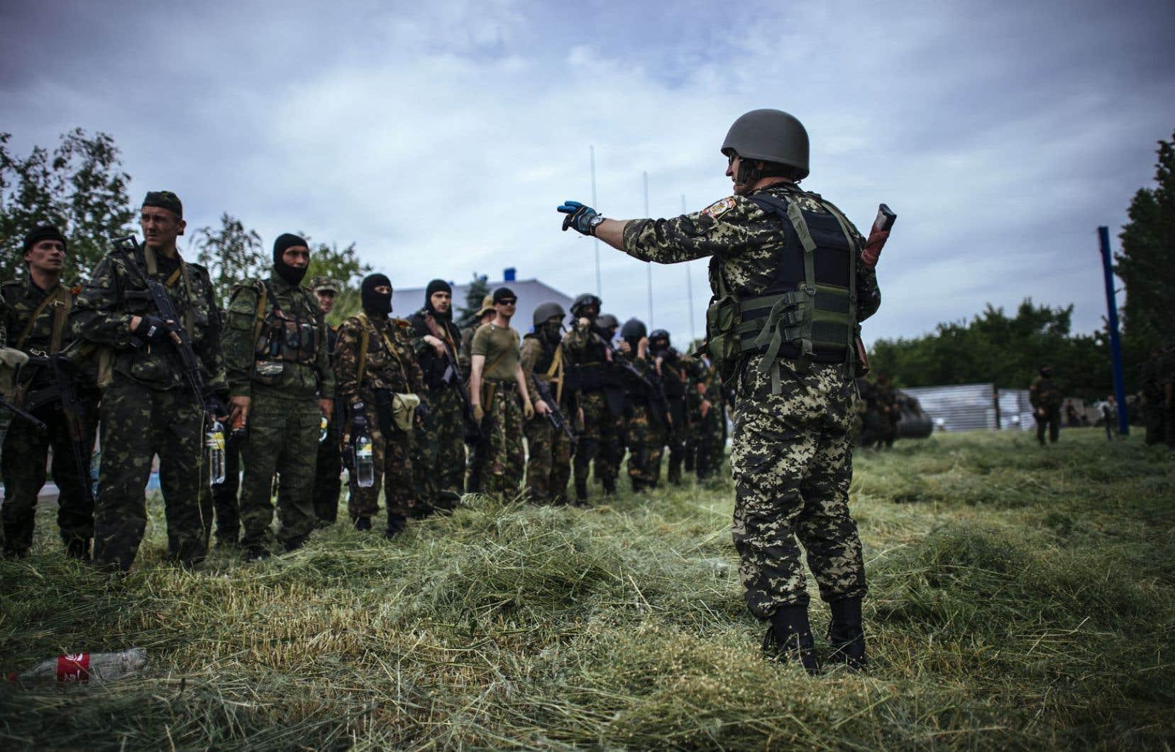 Des miliciens prorusses vendredi près d'un poste de contrôle de Donetsk