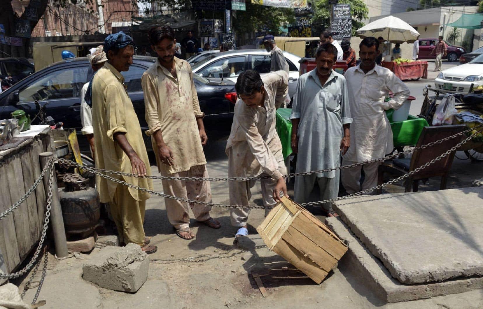 Des Pakistanais se sont rendus jeudi sur les lieux de la lapidation, à Lahore.
