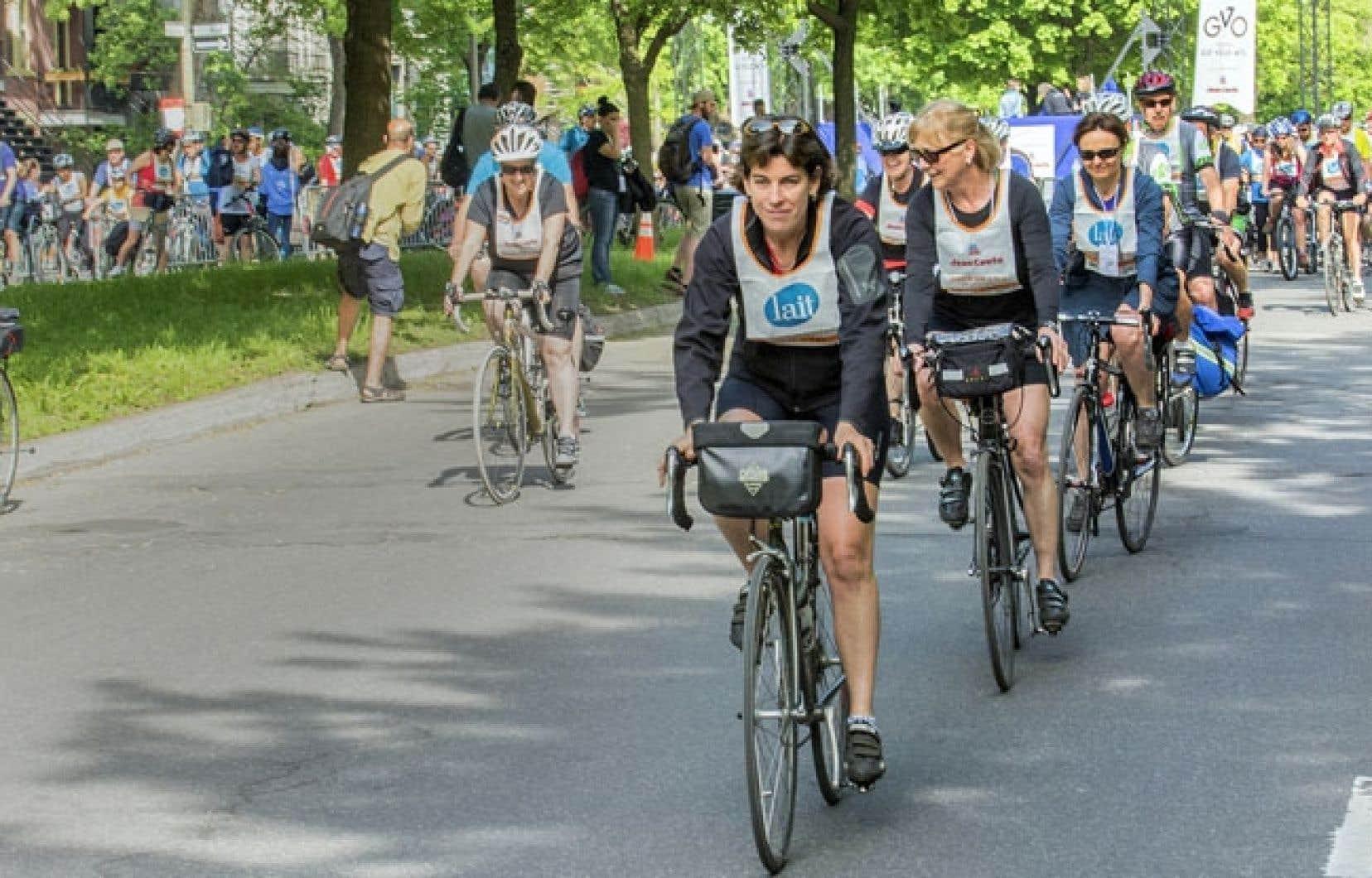 Suzanne Lareau (devant), présidente de Vélo Québec, a rappelé que le premier Tour se voulait une déclaration politique.
