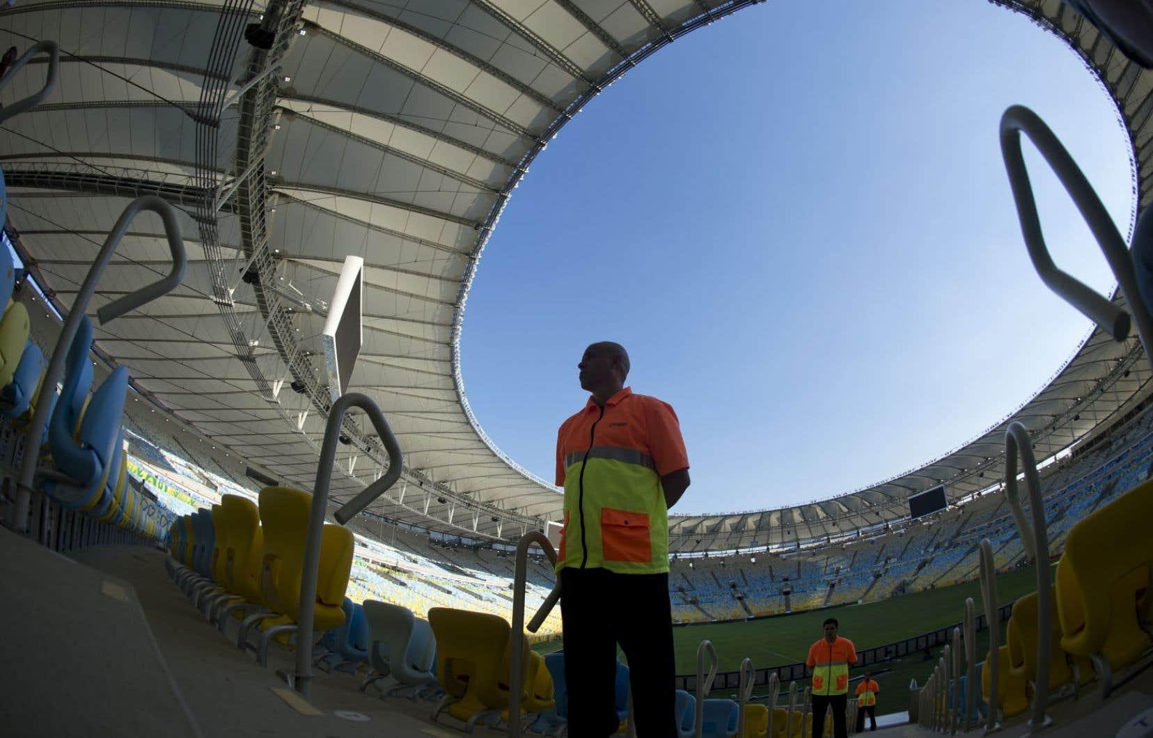 Des agents de sécurité lors d'un exercice dans le stade Maracanã de Rio de Janeiro, en juin2013. Le stade Maracanã est l'un des douze amphithéâtres du Brésil qui accueilleront des matchs de la Coupe du monde.