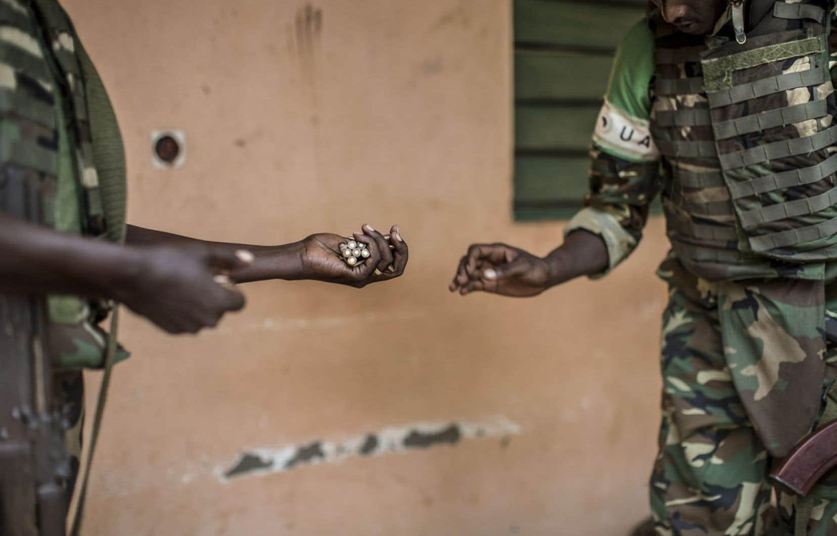 Des soldats de la paix comptent des munitions apportées par des habitants de Bangui lors de l'opération de désarmement qui a eu lieu dimanche dans la capitale centrafricaine.