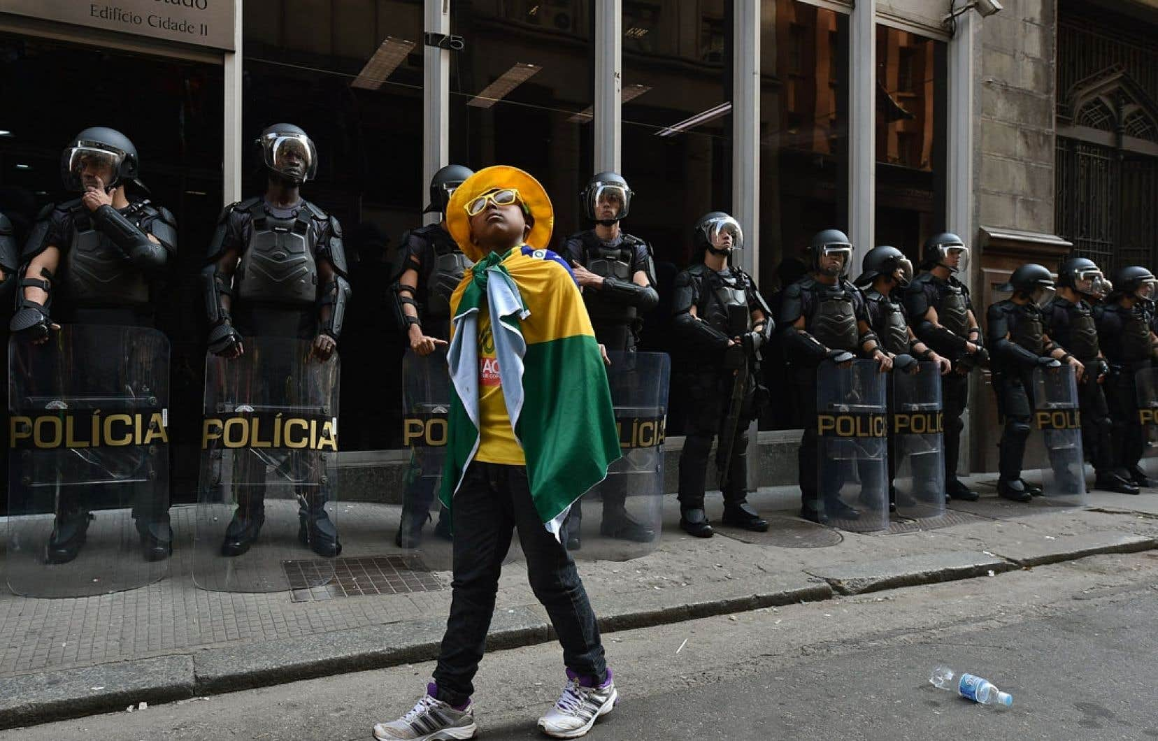À quelques jours du début de la Coupe du monde de la FIFA, les dirigeants brésiliens sont sur les dents, alors que des affrontements ont de nouveau éclaté entre les forces de l'ordre et les employés du métro de São Paulo, qui ont cependant accepté, lundi soir, de suspendre leur grève. Ils pourraient toutefois reprendre leurs moyens de pression de plus belle dès jeudi, au moment du match d'ouverture à São Paulo.