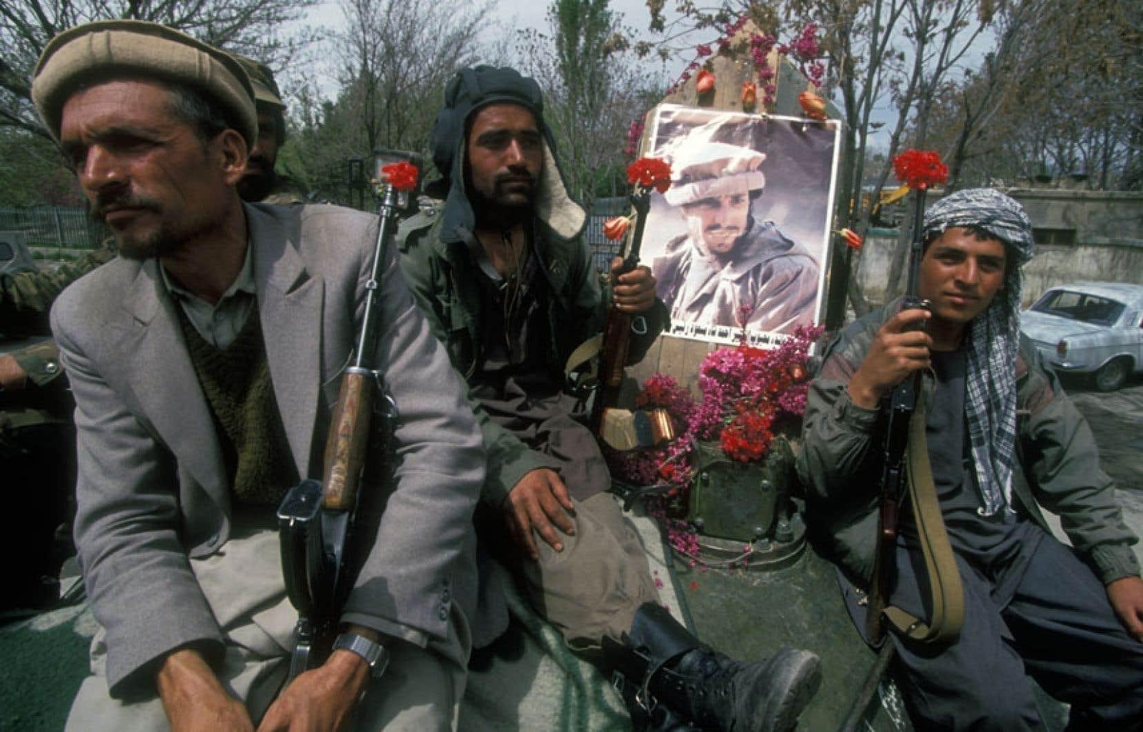 Des moudjahidine du Jamaat-e Islami célèbrent leur entrée triomphale dans Kaboul en tenant un portrait de leur leader, Ahmed Chad Massoud. Neuf ans plus tard, le commandant Massoud mourait assassiné par un kamikaze d'al-Qaïda, deux jours avant les attentats du 11septembre 2001 aux États-Unis.