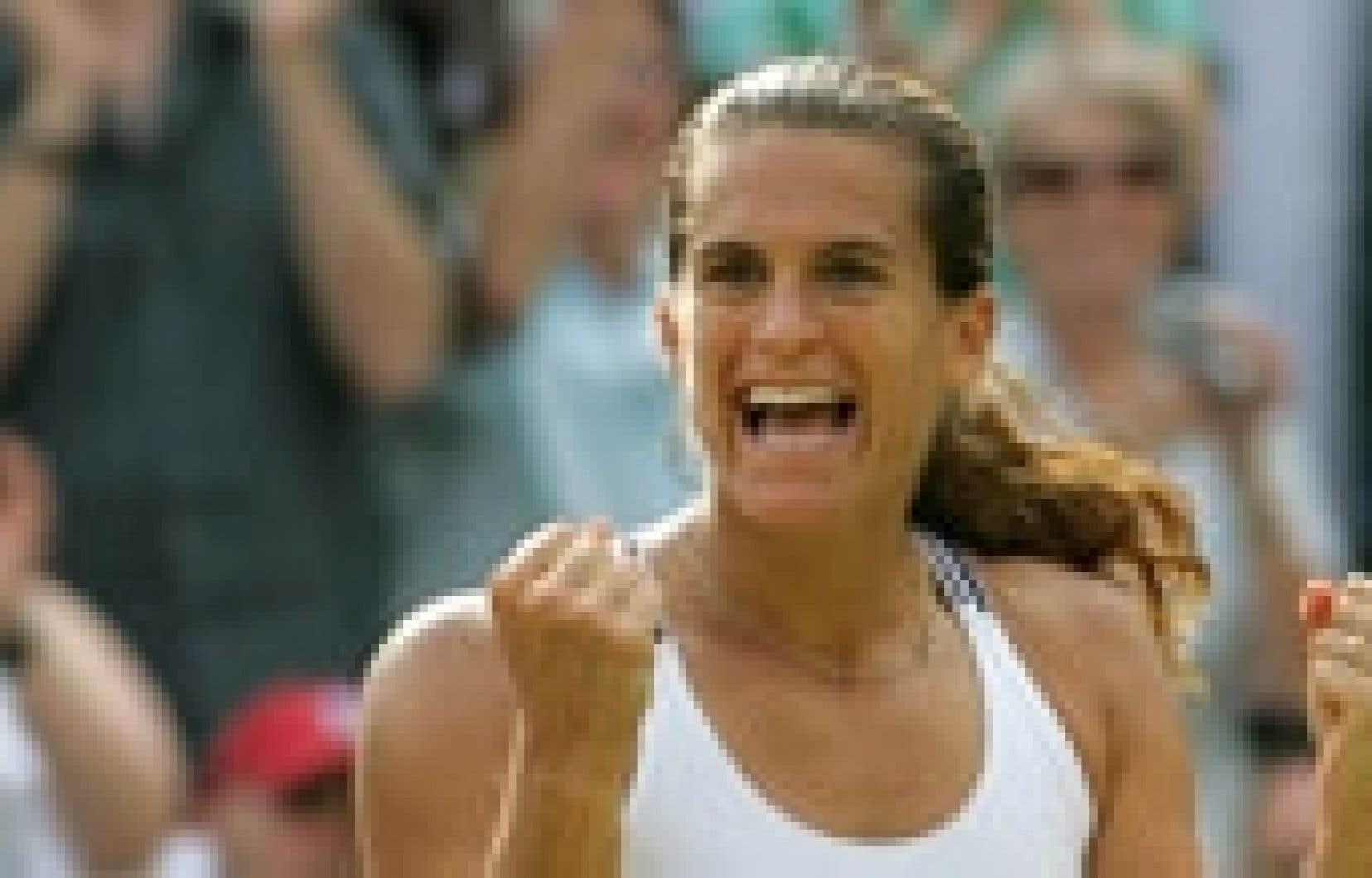 La numéro un française et mondiale a obtenu son billet pour la finale de Wimbledon, hier, en battant Maria Sharapova.