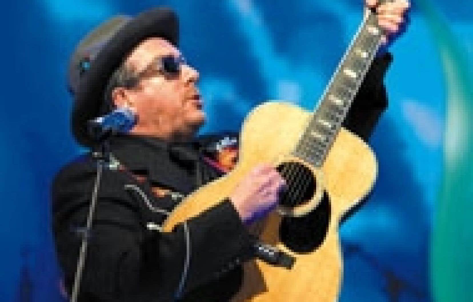 Elvis Costello a levé sa guitare en l'honneur de Paul Simon.