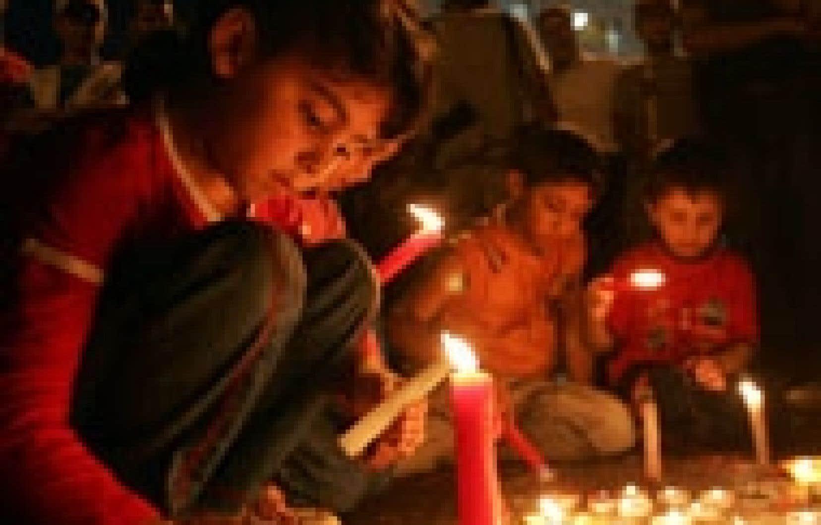 Des enfants palestiniens de Ramallah ont pris part hier à une campagne de collecte de chandelles afin d'éclairer symboliquement Gaza, où des centrales électriques ont été détruites.