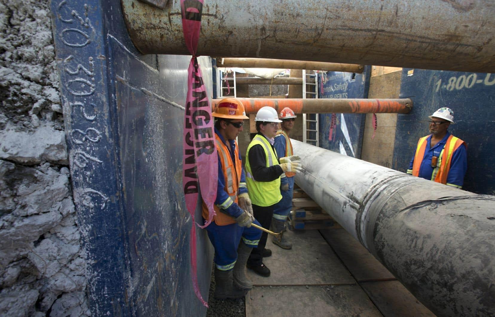 La marche vise aussi à sensibiliser les communautés aux différents projets d'oléoducs qui traverseront le territoire. Sur la photo: la ligne 9b d'Enbridge fait partie des projets dénoncés.