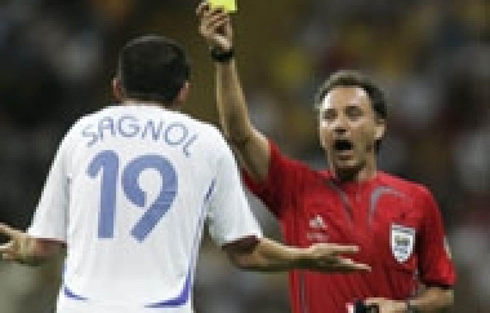 Le joueur Willy Sagnol reçoit un carton jaune lors du match de samedi contre le Brésil.