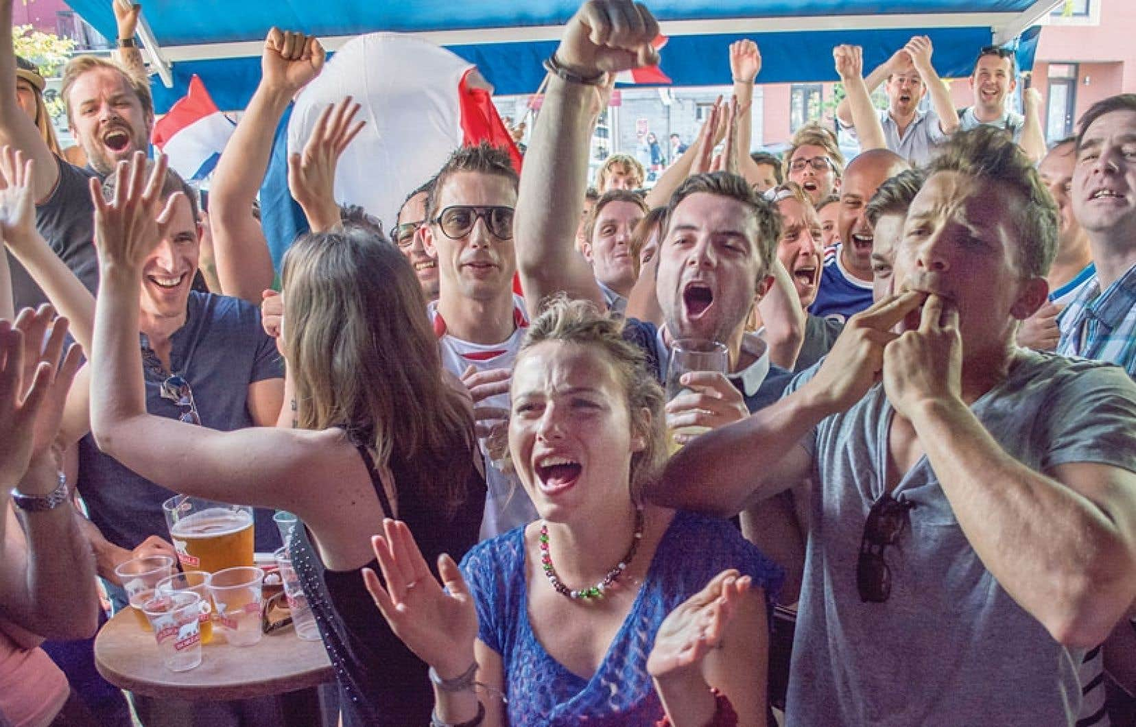 Des partisans heureux ont laissé exploser leur joie dimanche, après le troisième but de l'équipe de France, quia battu le Honduras 3 à 0 pour son entrée en scène au Mondial brésilien. Ils étaient réunis à Montréal au bistro marseillais Le Massilia et ont enfin pu tourner la page d'un Mondial sud-africain catastrophique en 2010. Les Bleus avaient atteint la finale de la Coupe du monde il y a huit ans en Allemagne.